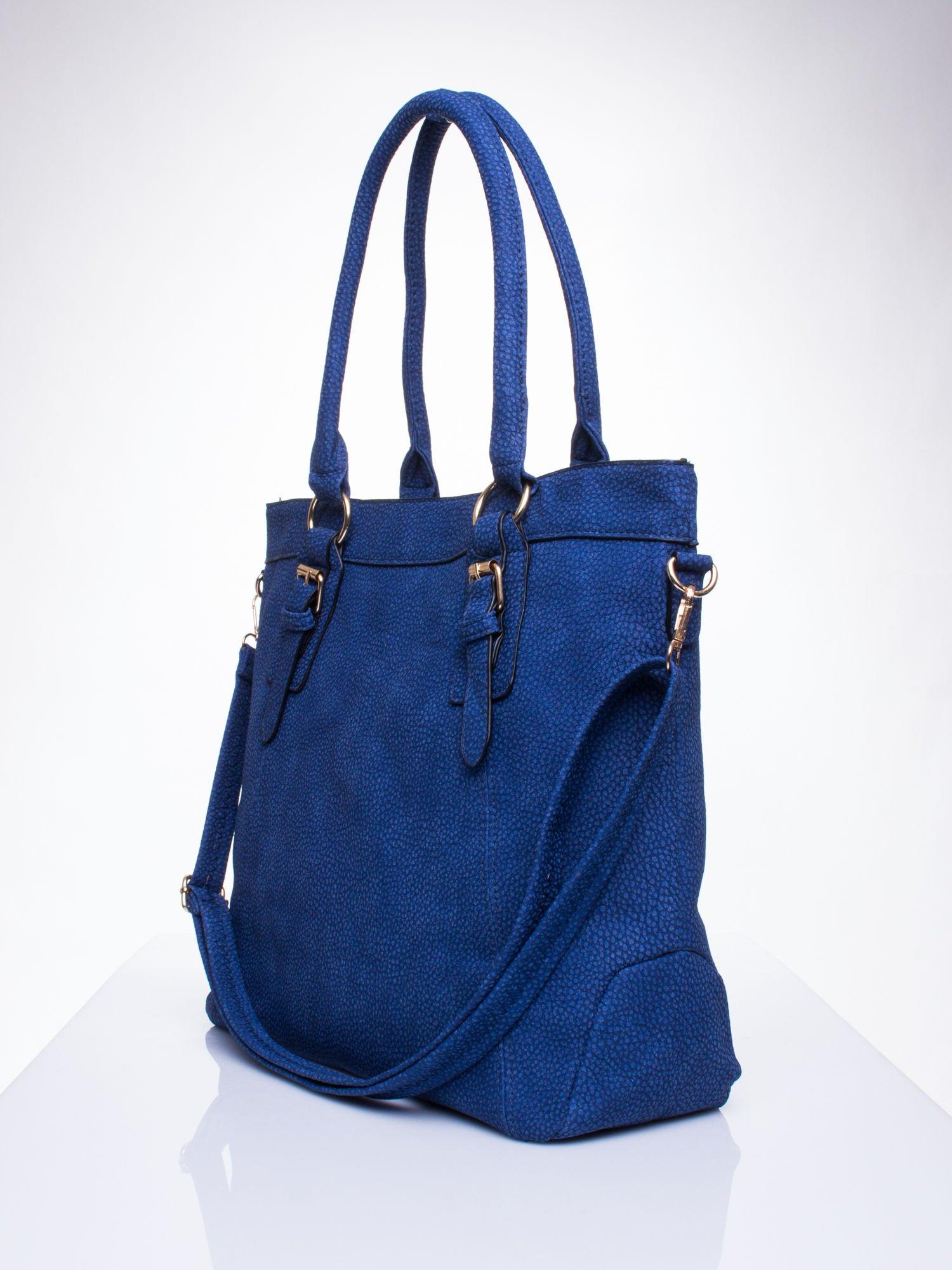 Niebieska fakturowana torebka z klamerkami                                  zdj.                                  2