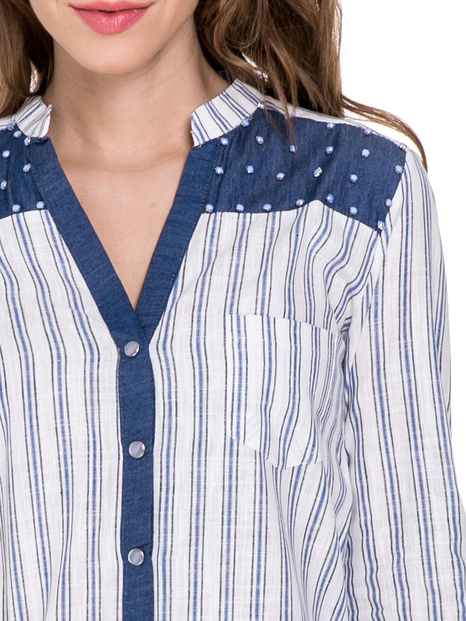 Niebieska koszula w paski z listwą z denimu i dżetami                                  zdj.                                  4