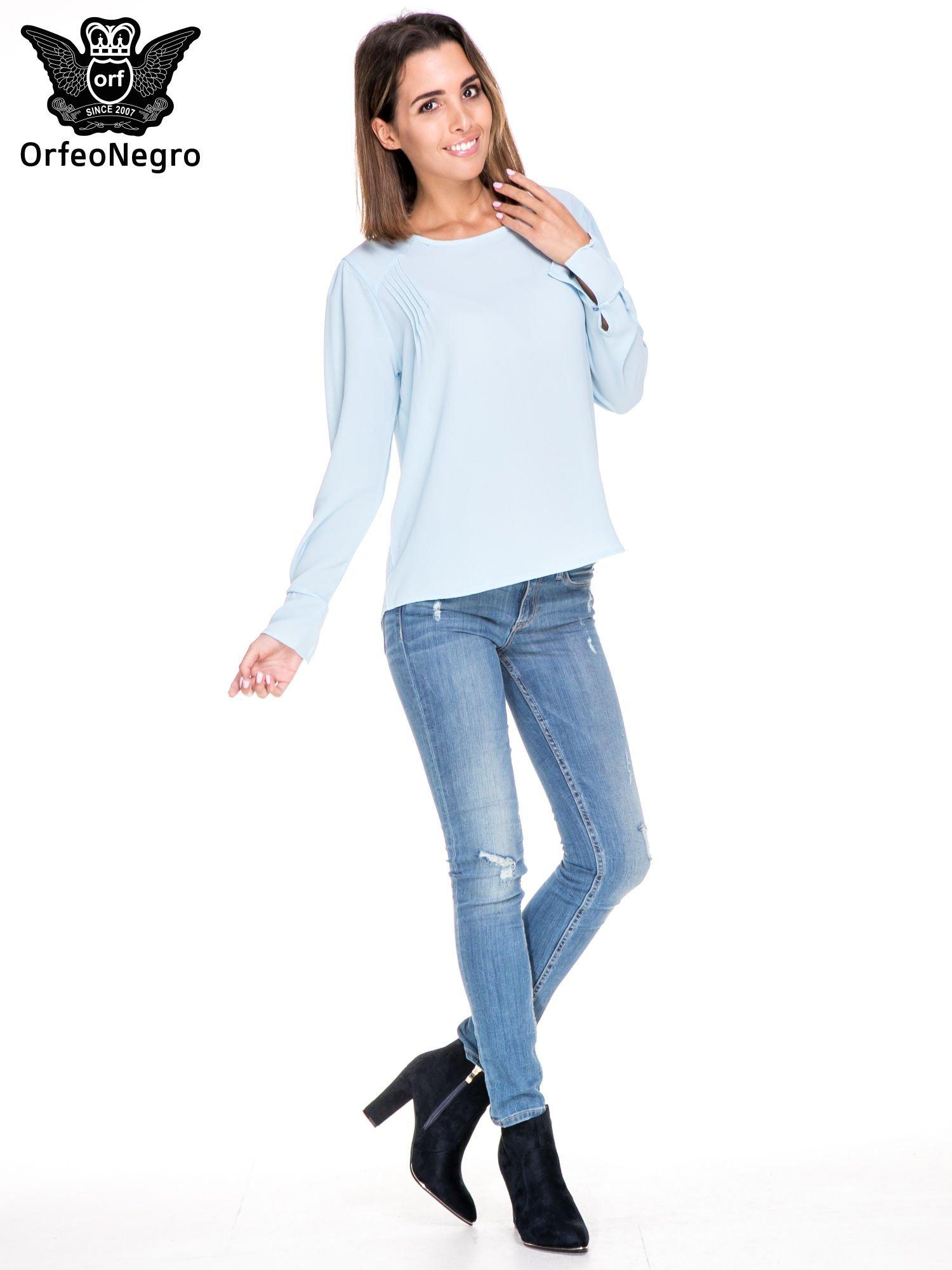 Niebieska koszula z wycięciem na plecach                                  zdj.                                  2