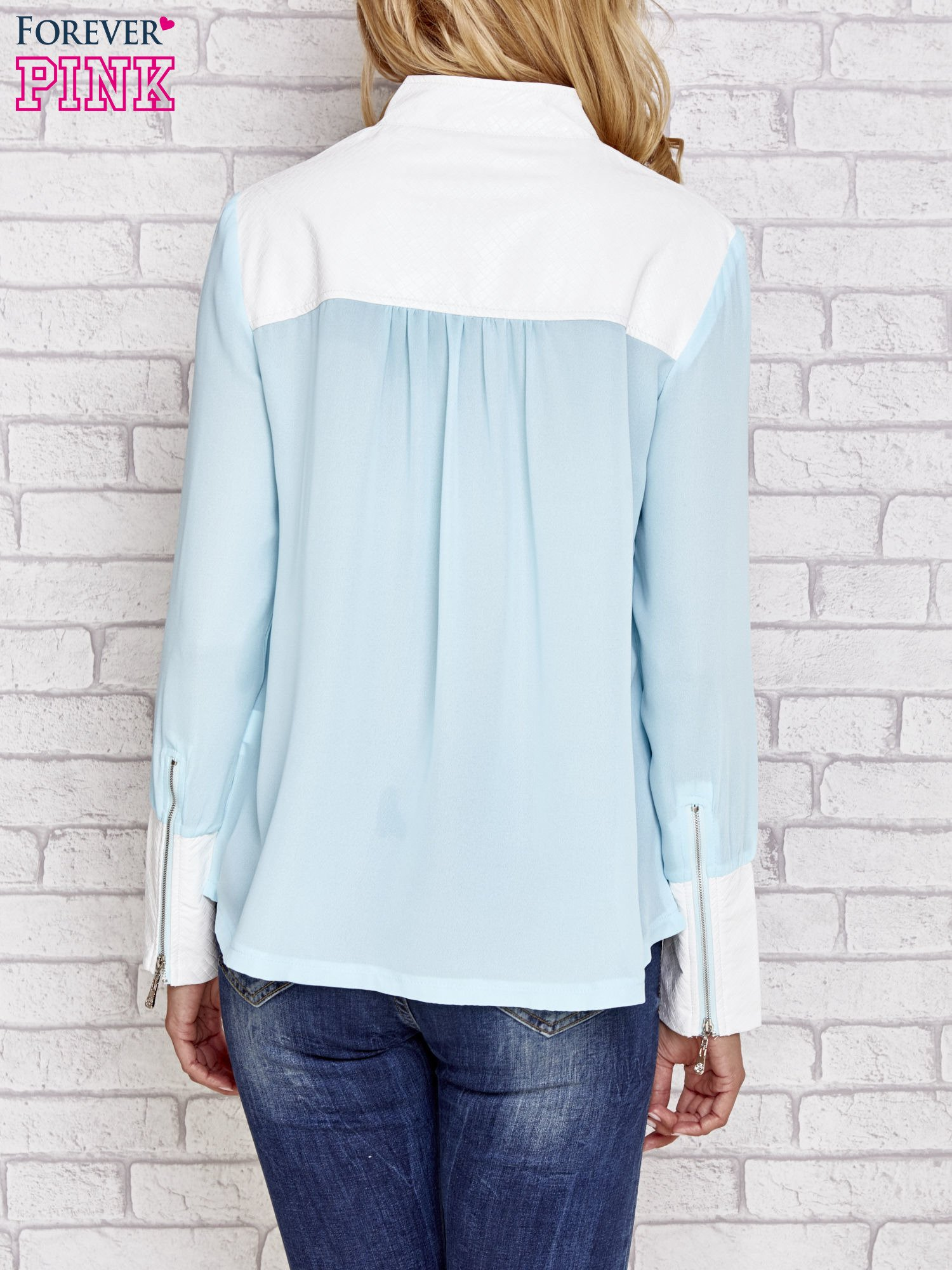 Niebieska koszula ze skórzanymi pikowanymi wstawkami                                  zdj.                                  4