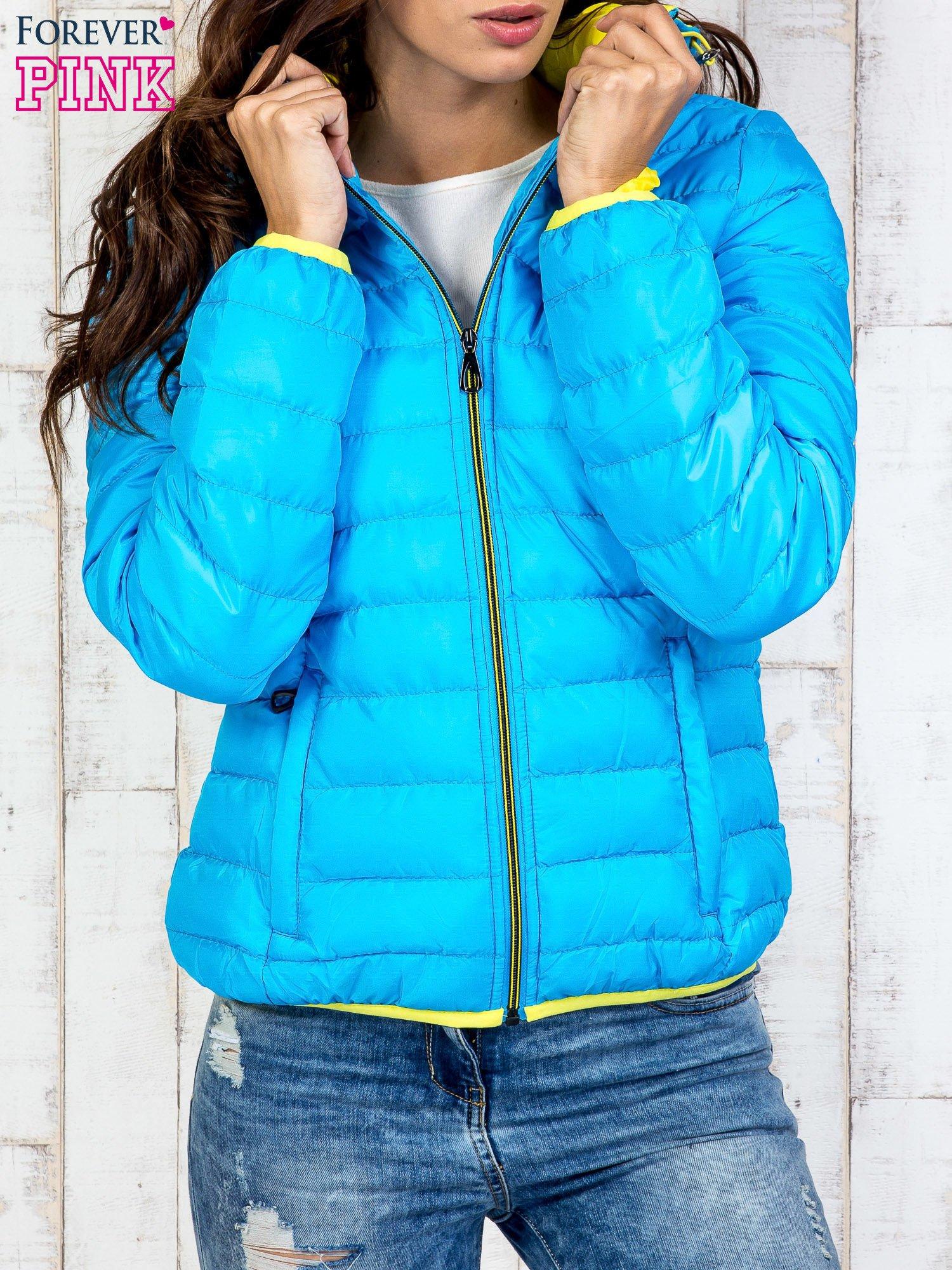 Niebieska pikowana kurtka z żółtym wykończeniem                                  zdj.                                  1