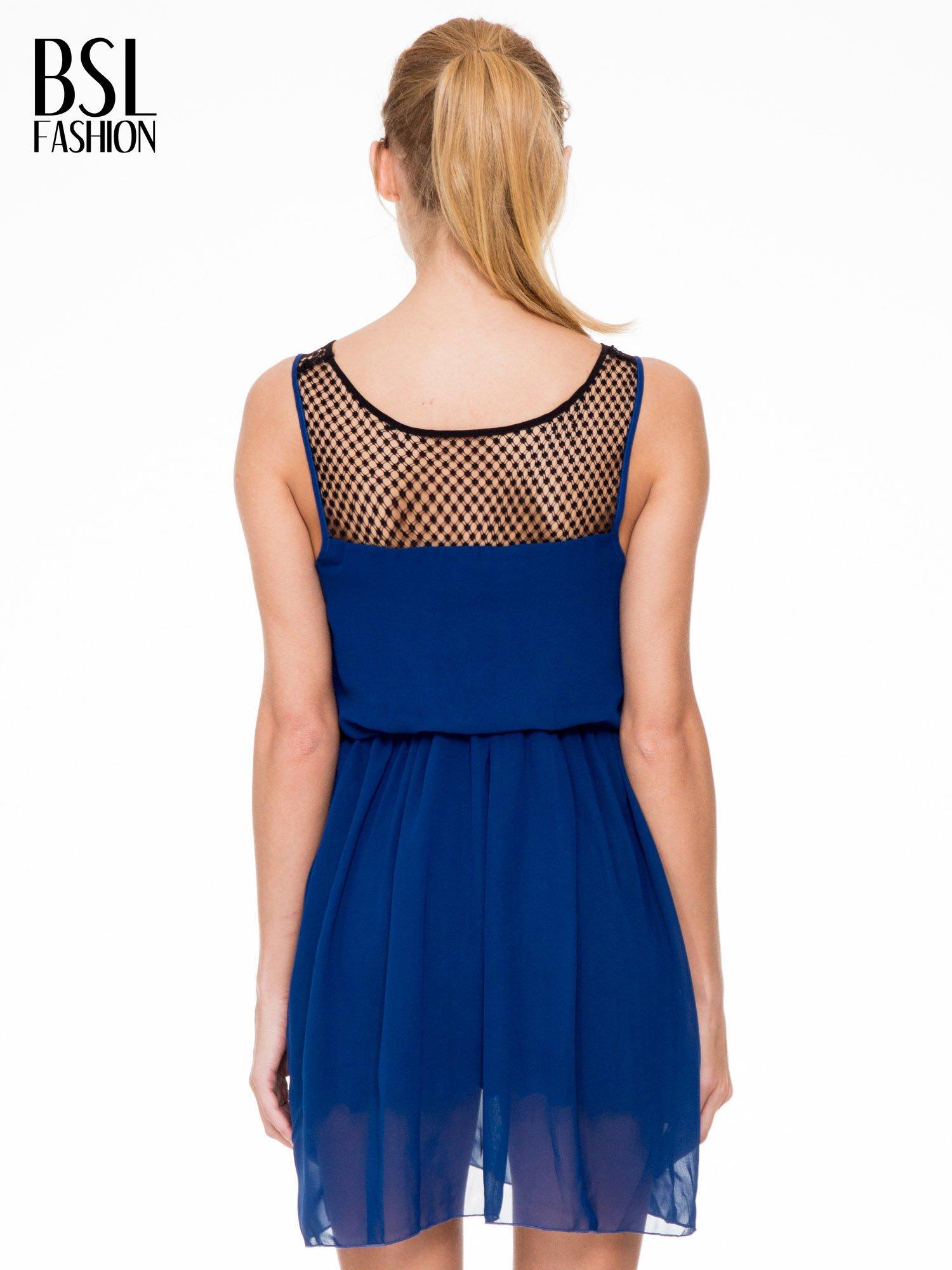 Niebieska sukienka z koronkowym karczkiem                                  zdj.                                  4