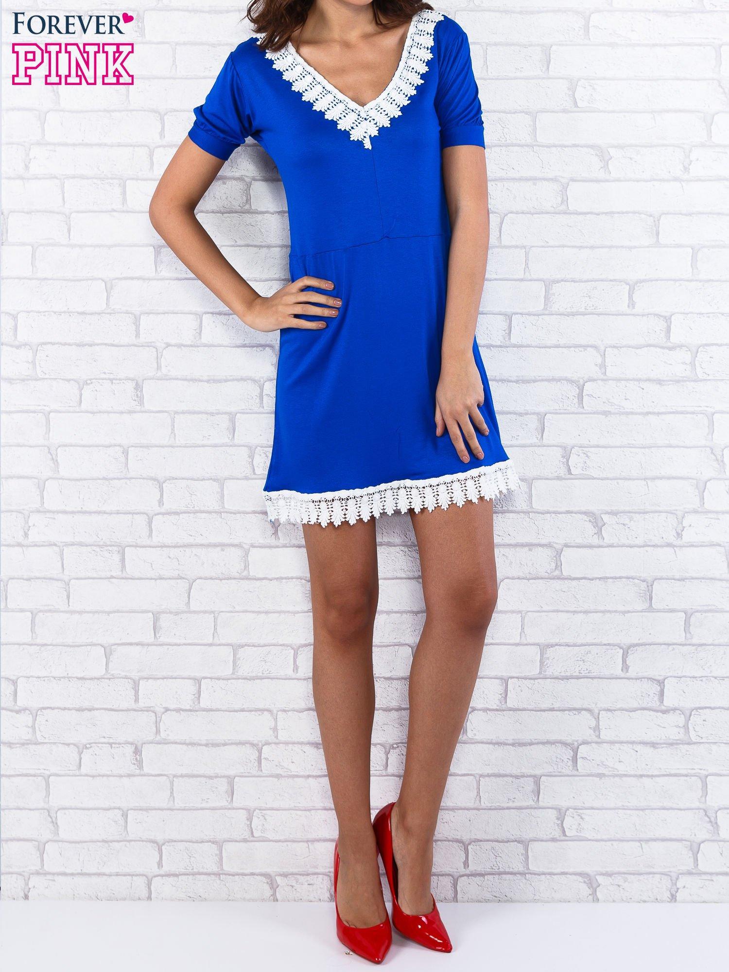 Niebieska sukienka z koronkowym wykończeniem                                  zdj.                                  1