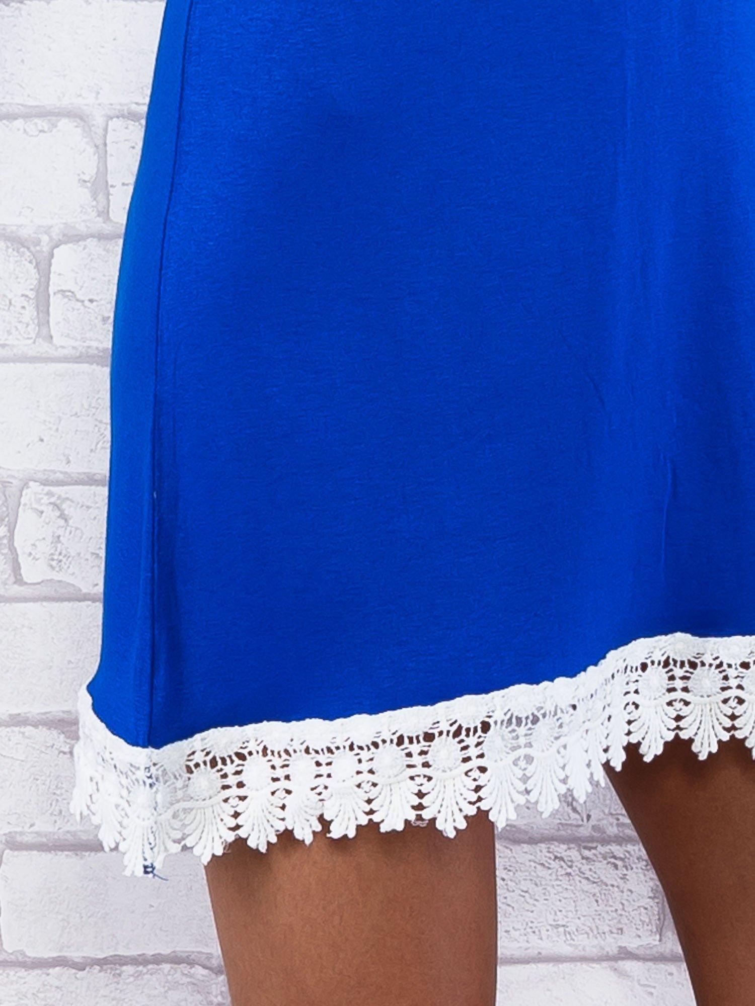 Niebieska sukienka z koronkowym wykończeniem                                  zdj.                                  5