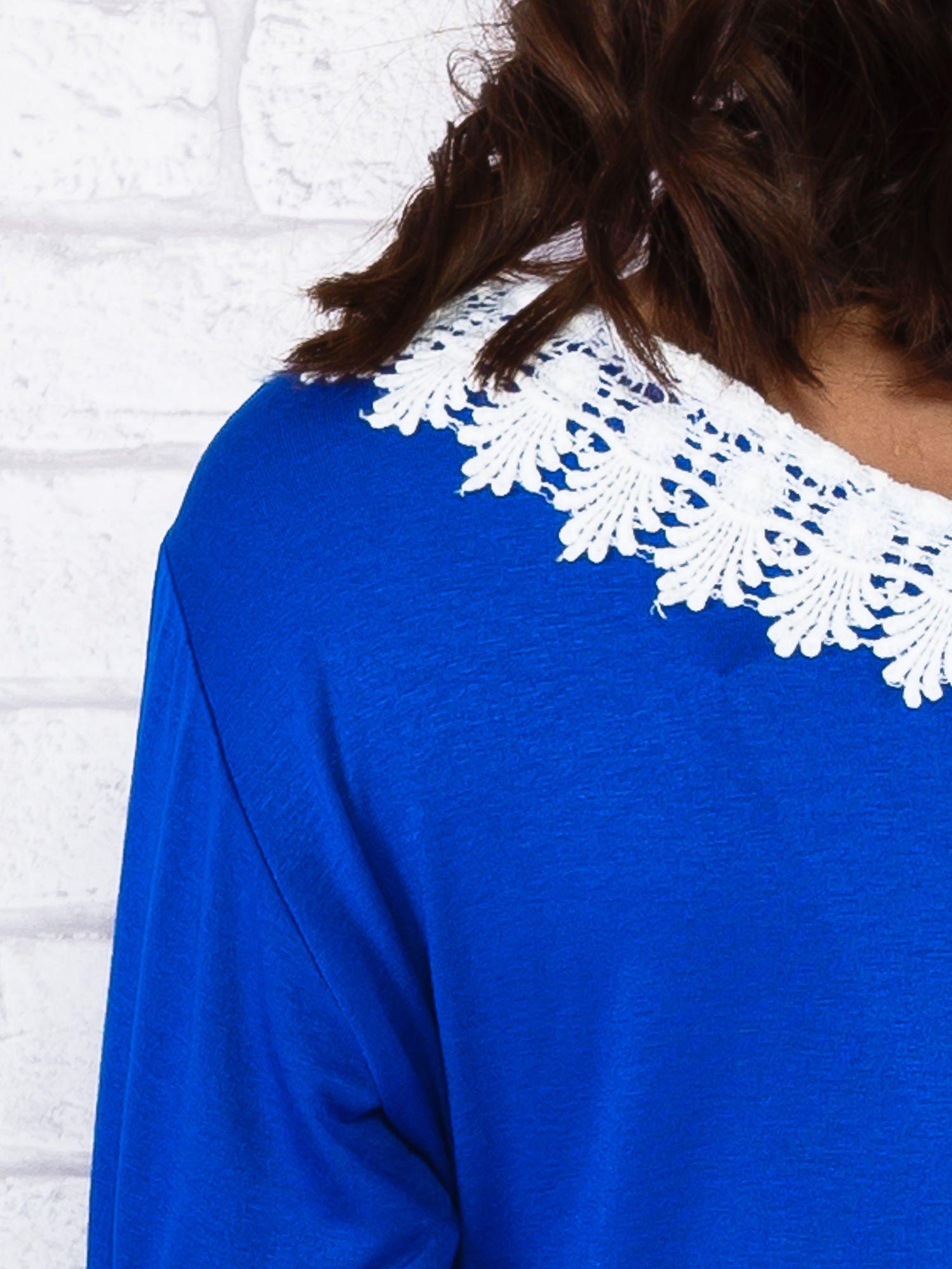Niebieska sukienka z koronkowym wykończeniem                                  zdj.                                  6