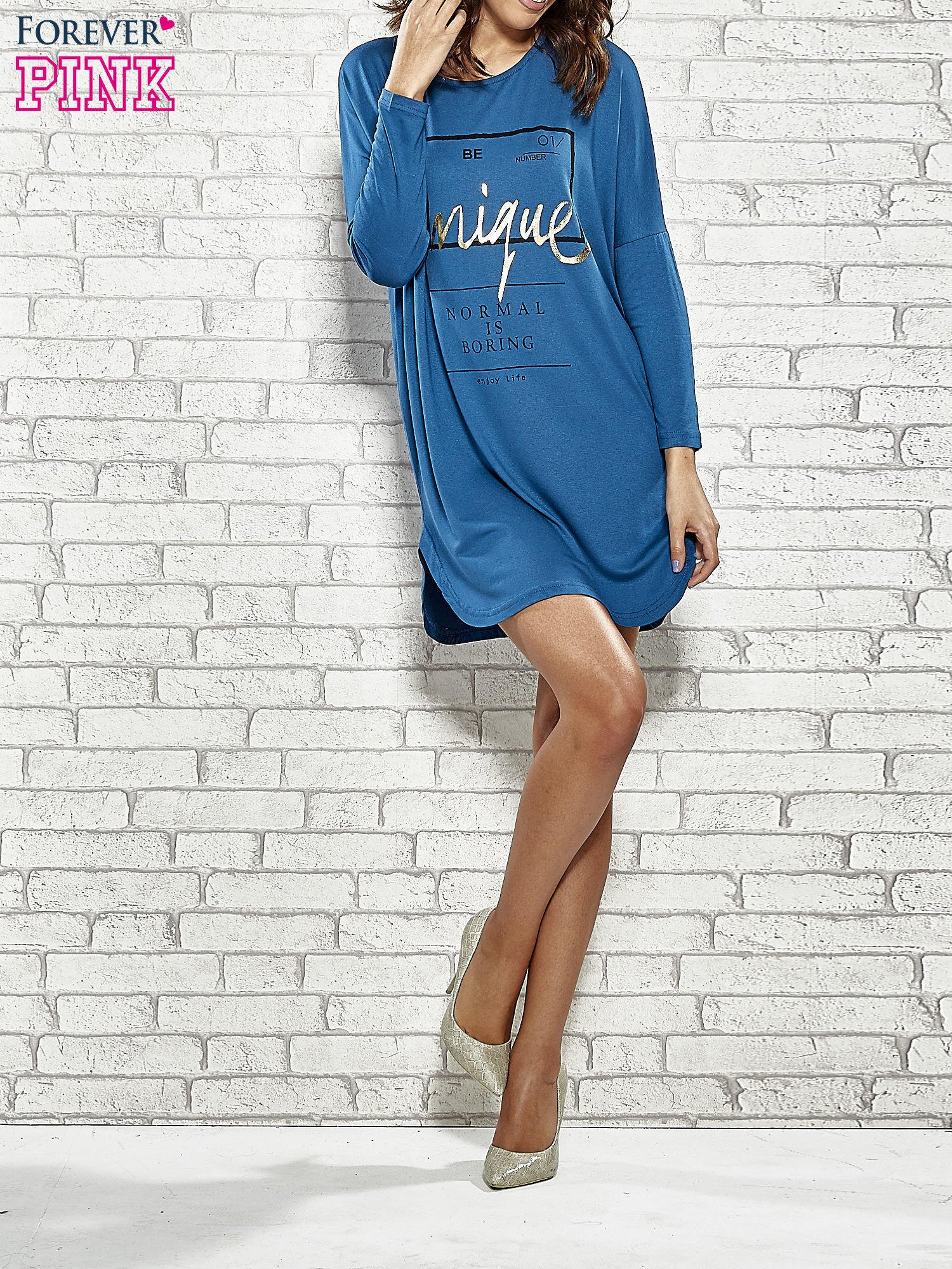 Niebieska sukienka ze złotym napisem UNIQUE                                  zdj.                                  2