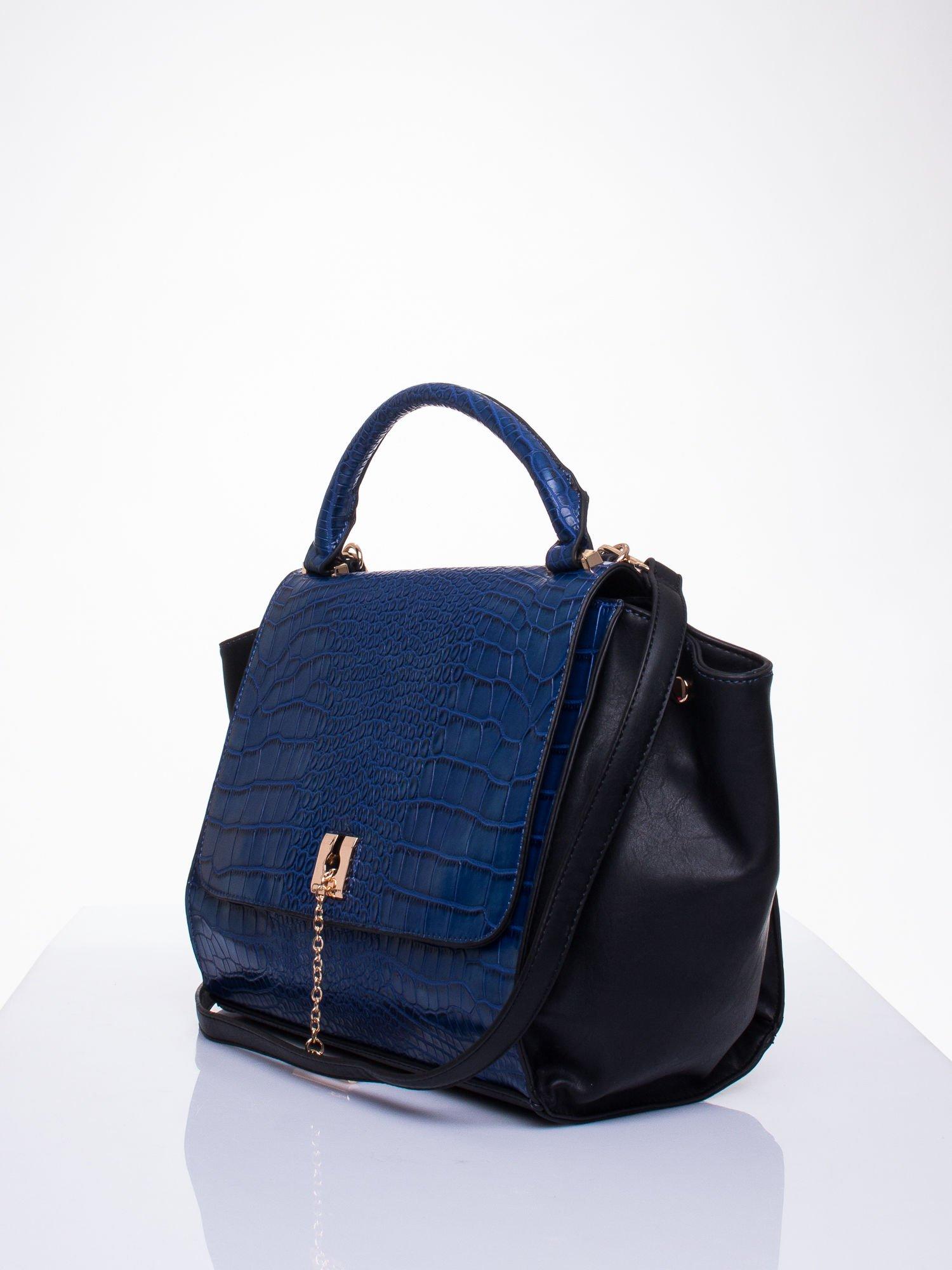 Niebieska torba z motywem skóry aligatora i złotym łańcuszkiem                                  zdj.                                  3