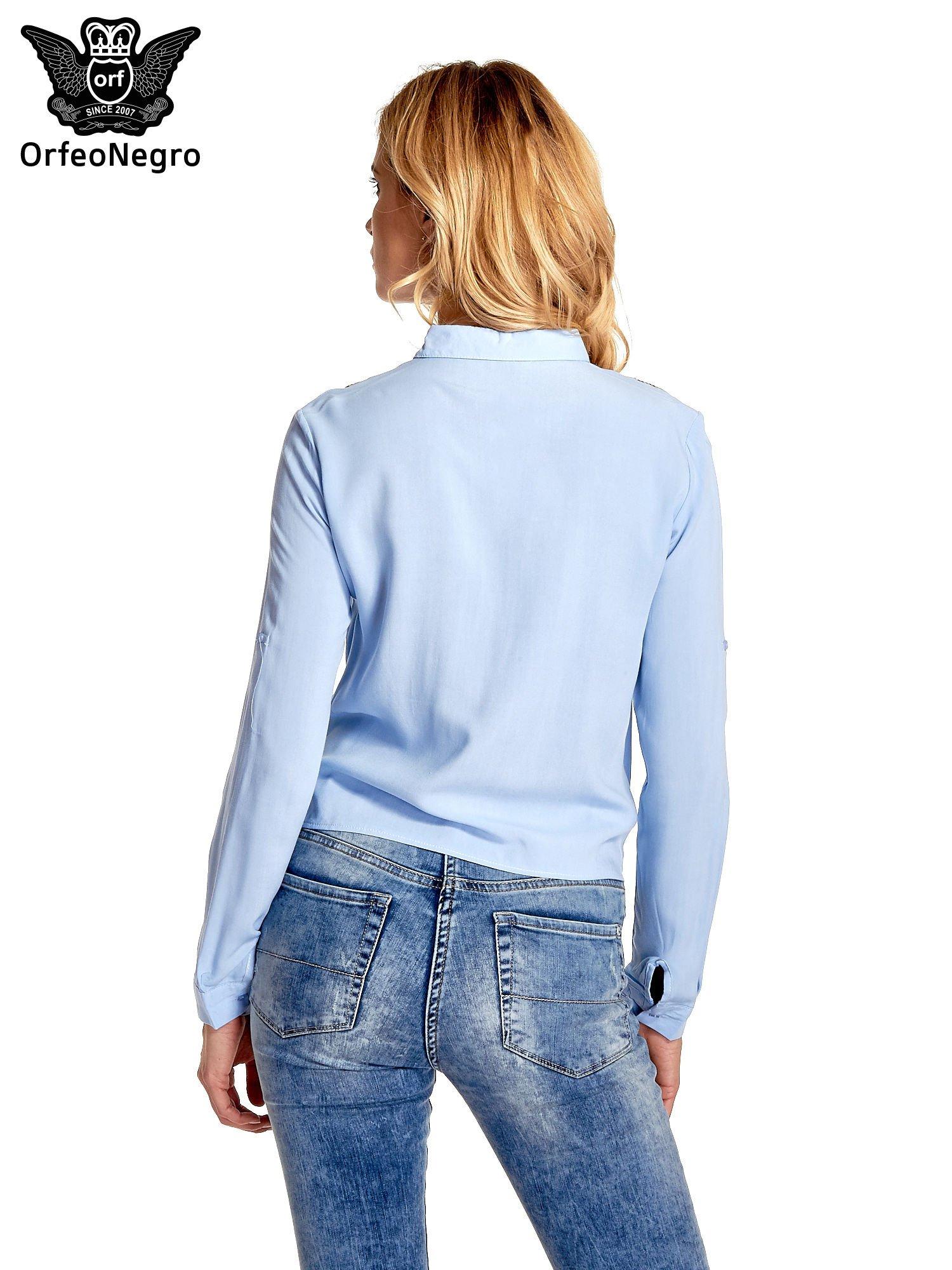 Niebieska wiązana koszula z aplikacjami na ramionach                                  zdj.                                  4
