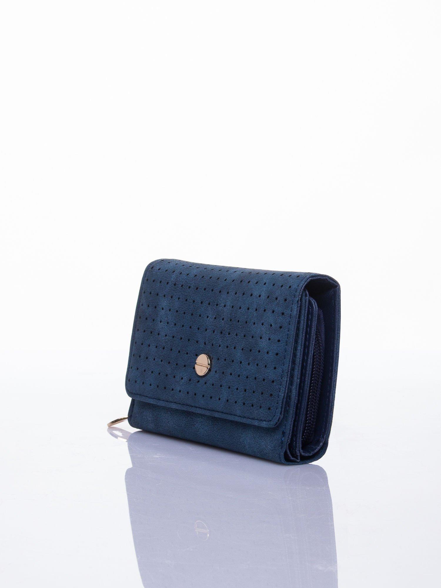 Niebieski ażurowany portfel ze złotym zapięciem                                  zdj.                                  2