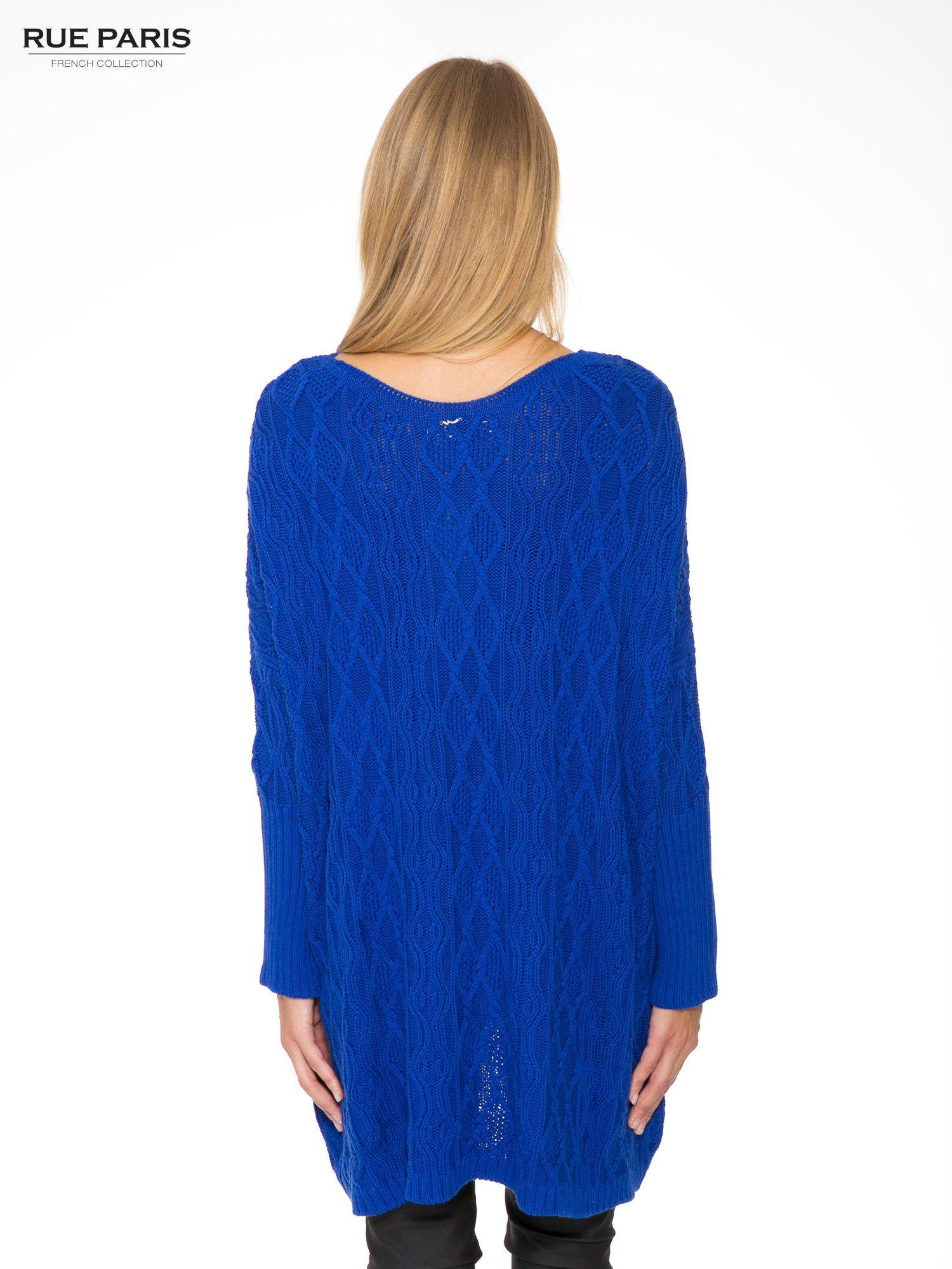 Niebieski dziergany długi sweter o kroju oversize                                  zdj.                                  4