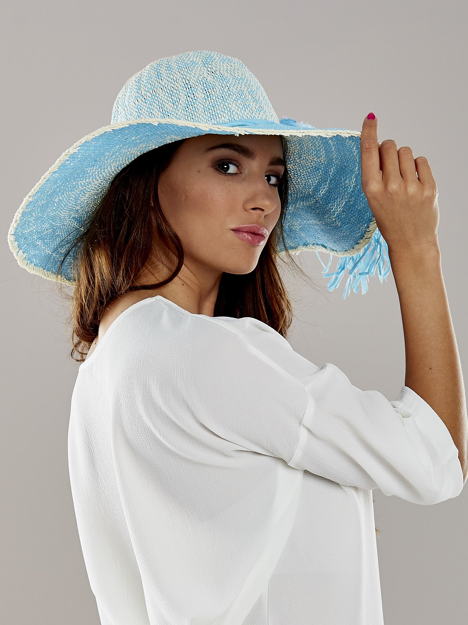 Niebieski kapelusz słomiany z dużym rondem i kwiatem                                  zdj.                                  3