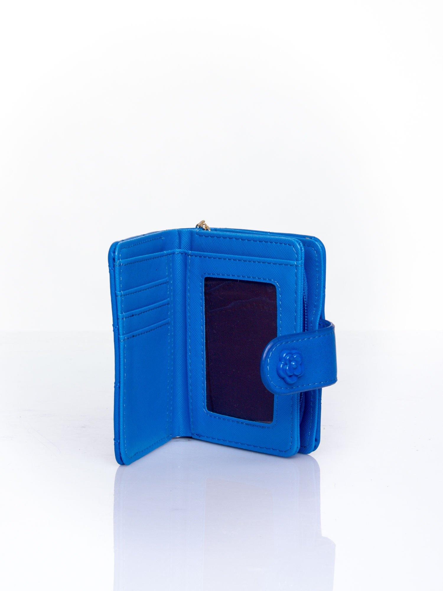 Niebieski pikowany portfel z ozdobnym zapięciem                                  zdj.                                  5