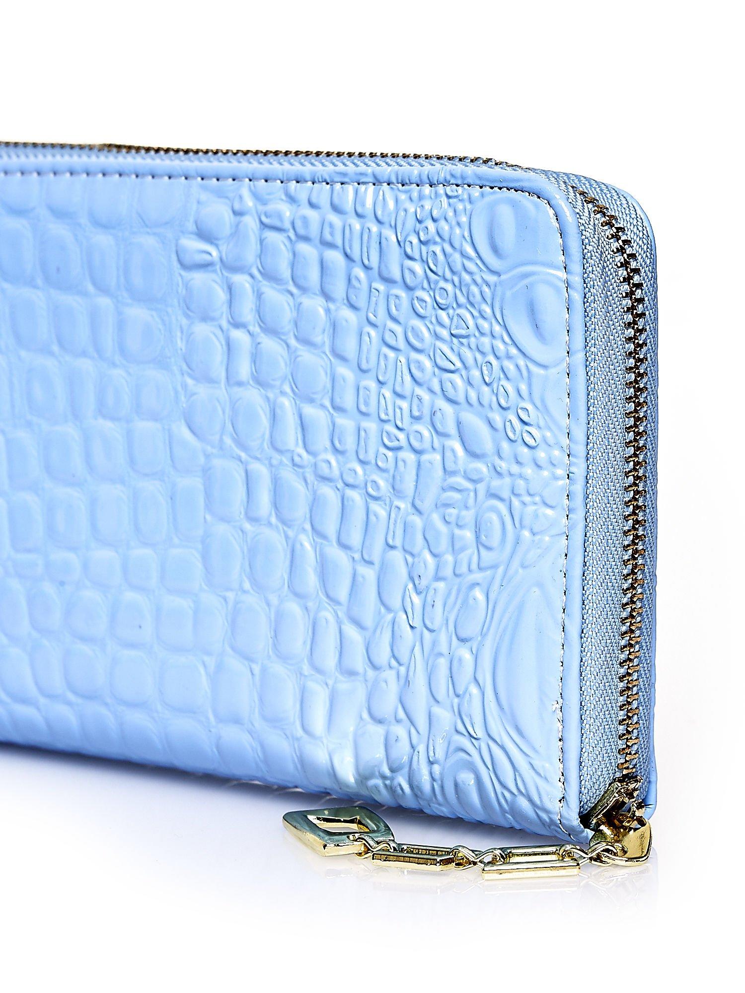 Niebieski portfel kopertówka z motywem skóry krokodyla                                  zdj.                                  4