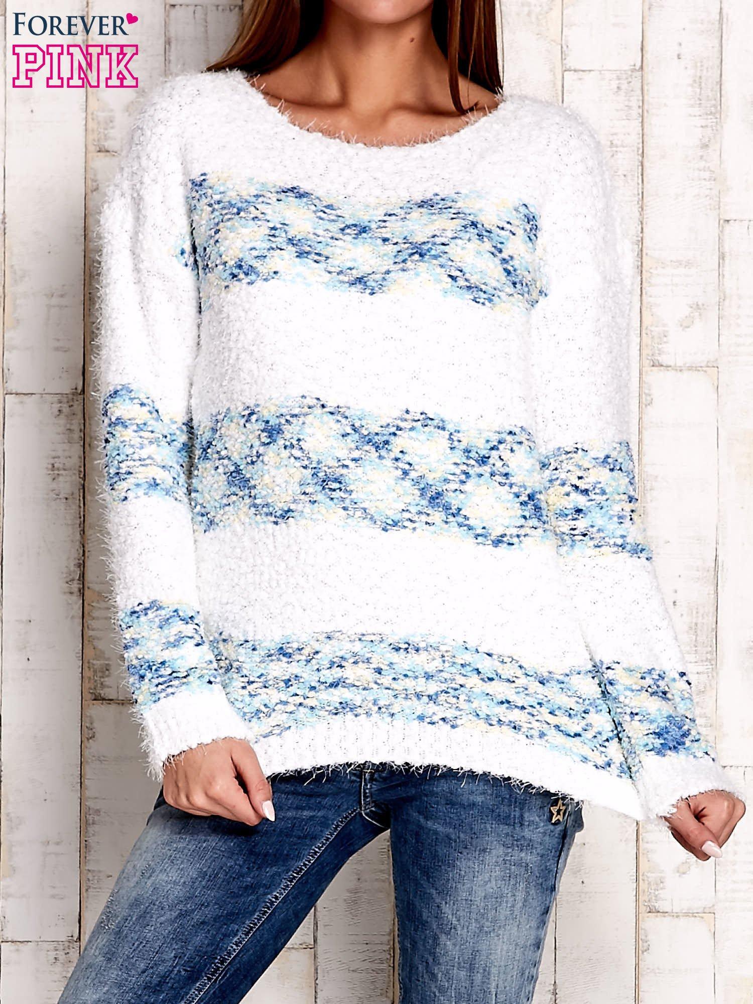 Niebieski puszysty sweter w kolorowe pasy                                  zdj.                                  1