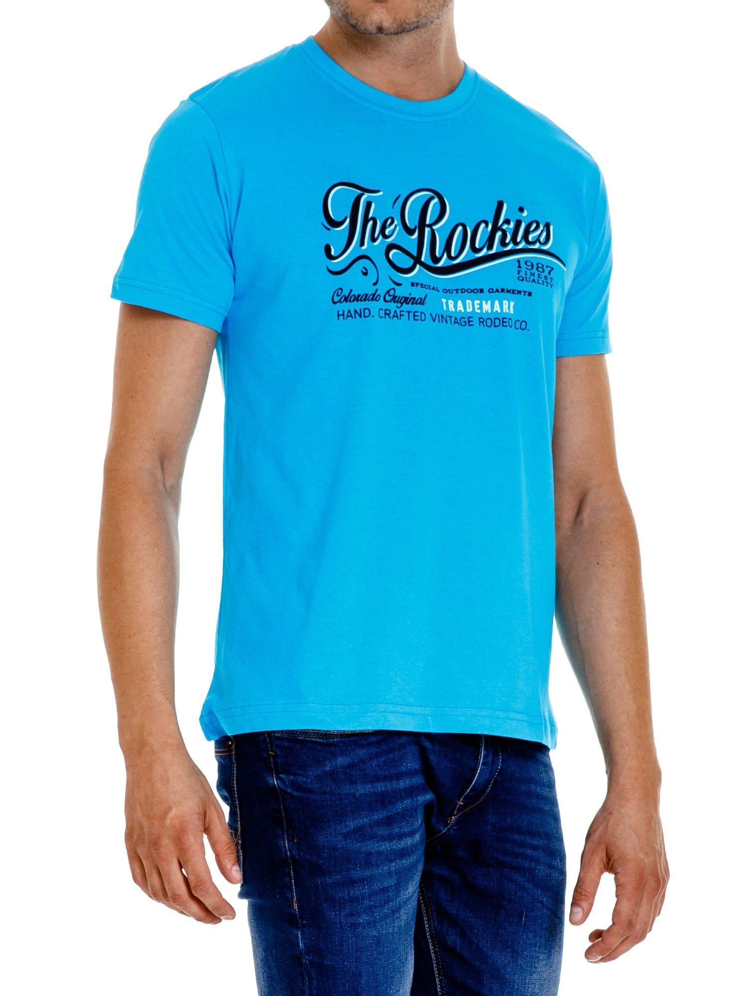 Niebieski t-shirt męski z nadrukiem napisu THE ROCKIES                                  zdj.                                  4