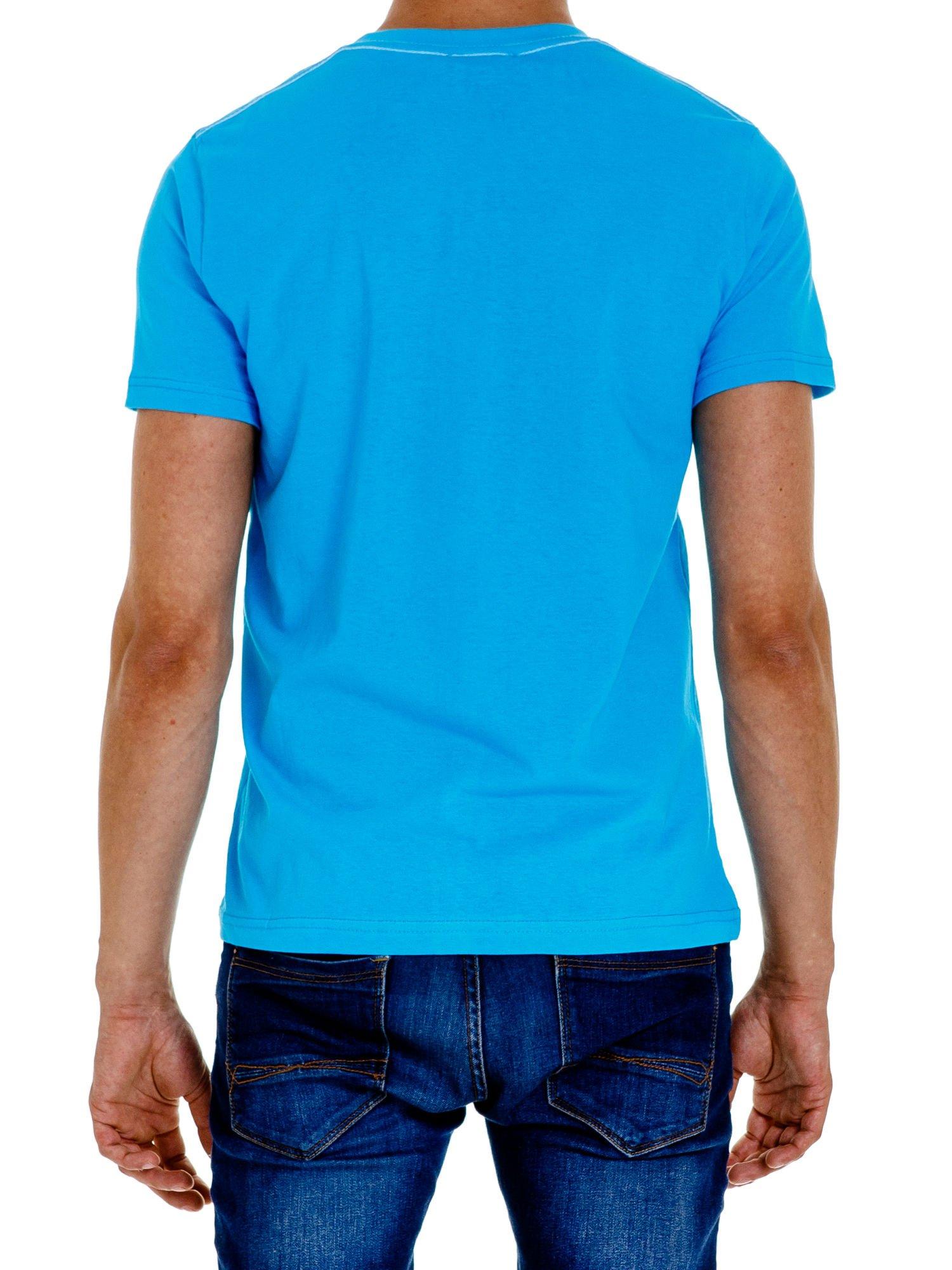 Niebieski t-shirt męski z nadrukiem napisu THE ROCKIES                                  zdj.                                  5
