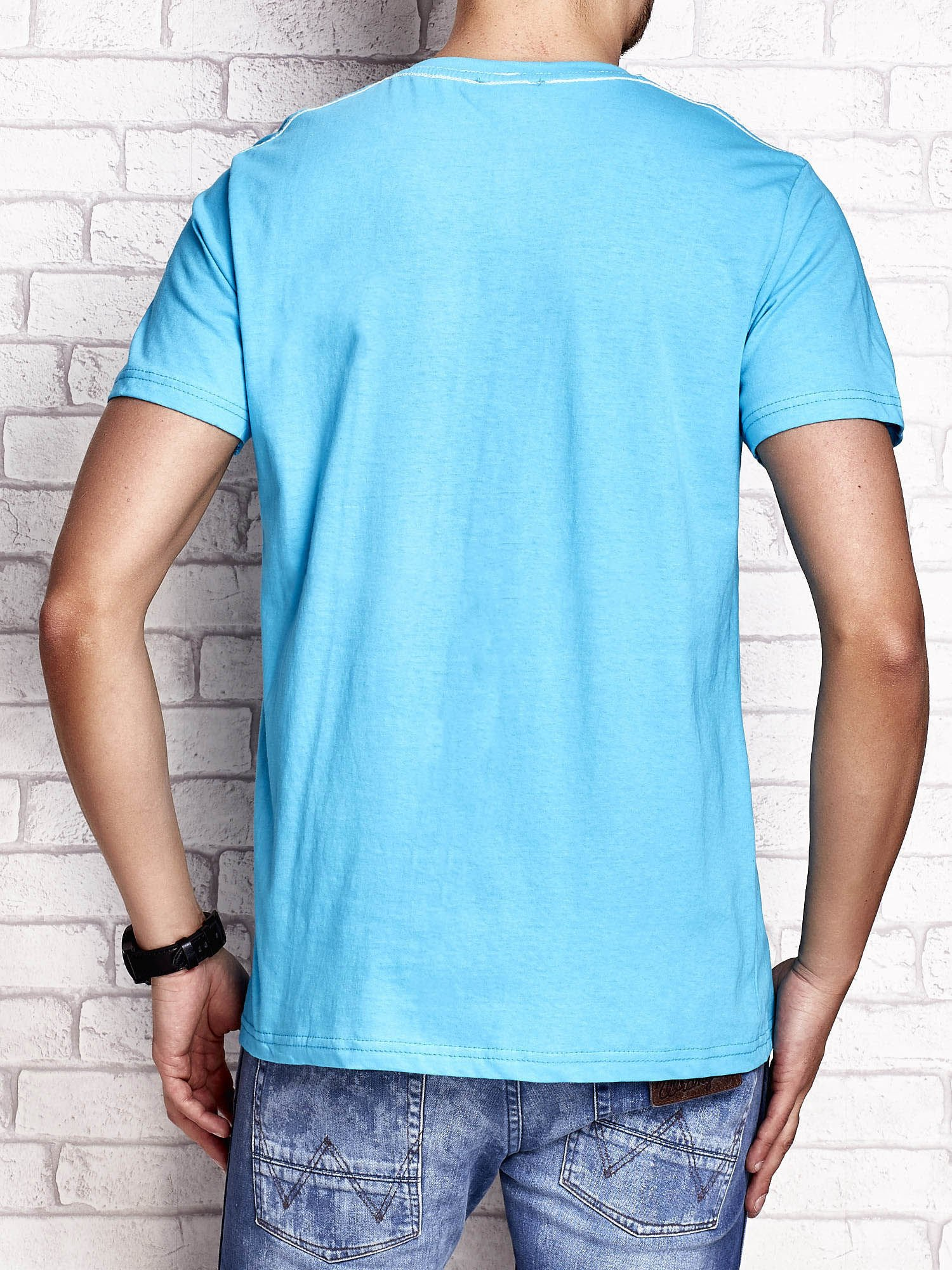 Niebieski t-shirt męski z napisem RAMOS i nadrukiem                                  zdj.                                  2