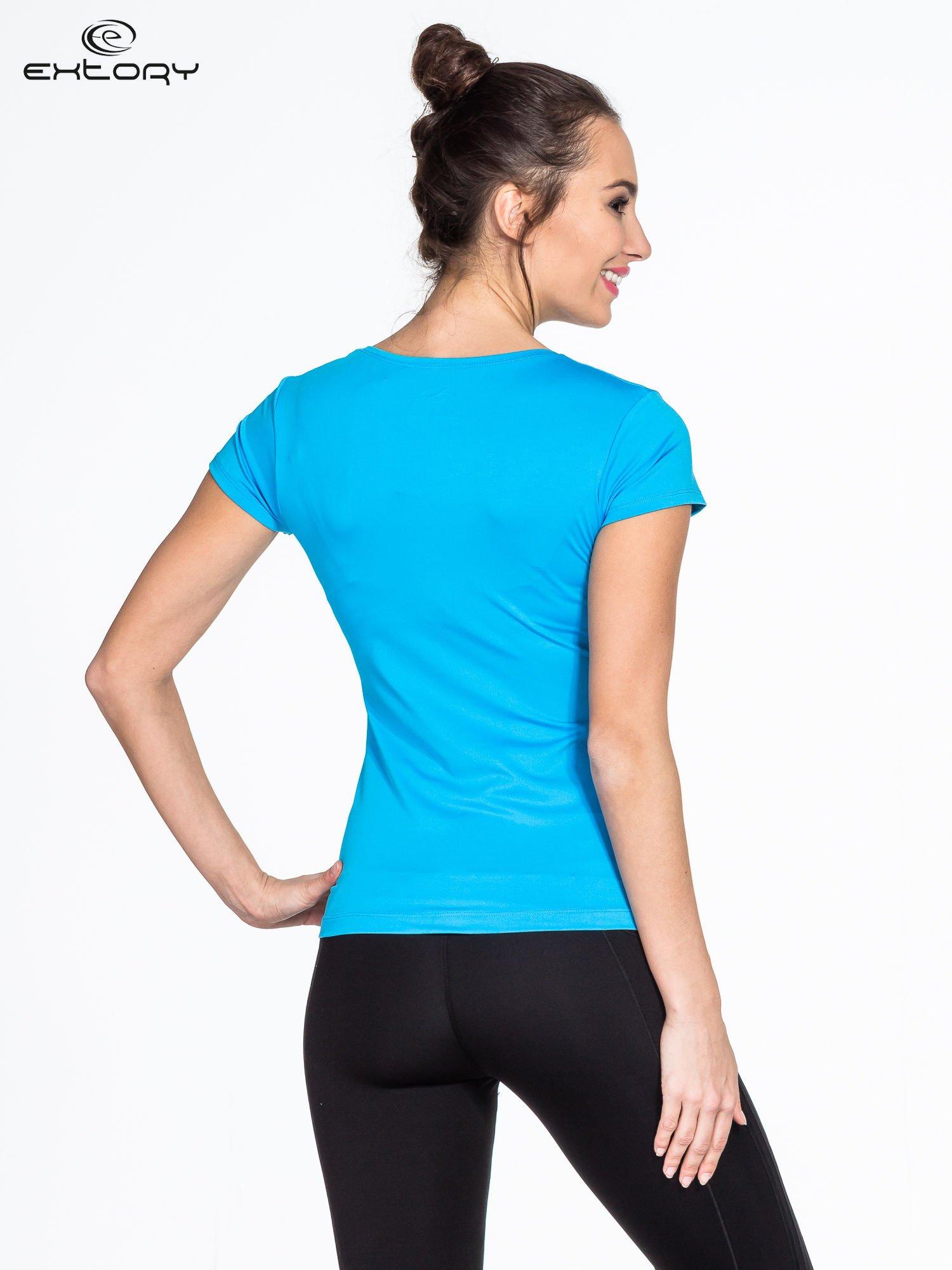 Niebieski t-shirt sportowy basic z dekoltem U                                  zdj.                                  3