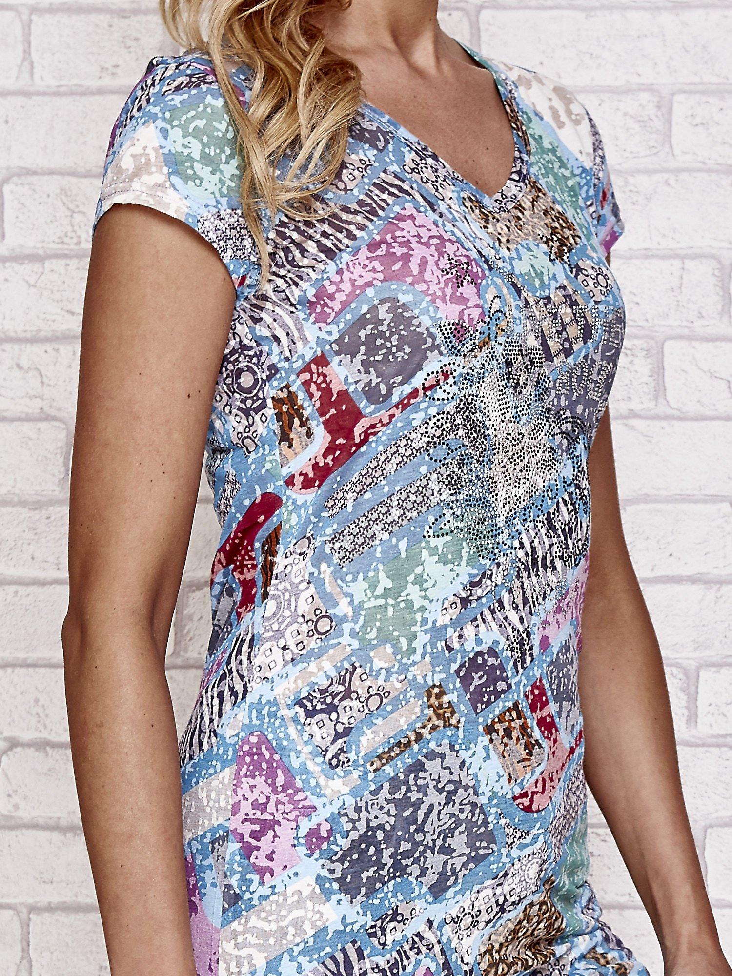 Niebieski t-shirt w patchworkowe wzory z dżetami                                  zdj.                                  5