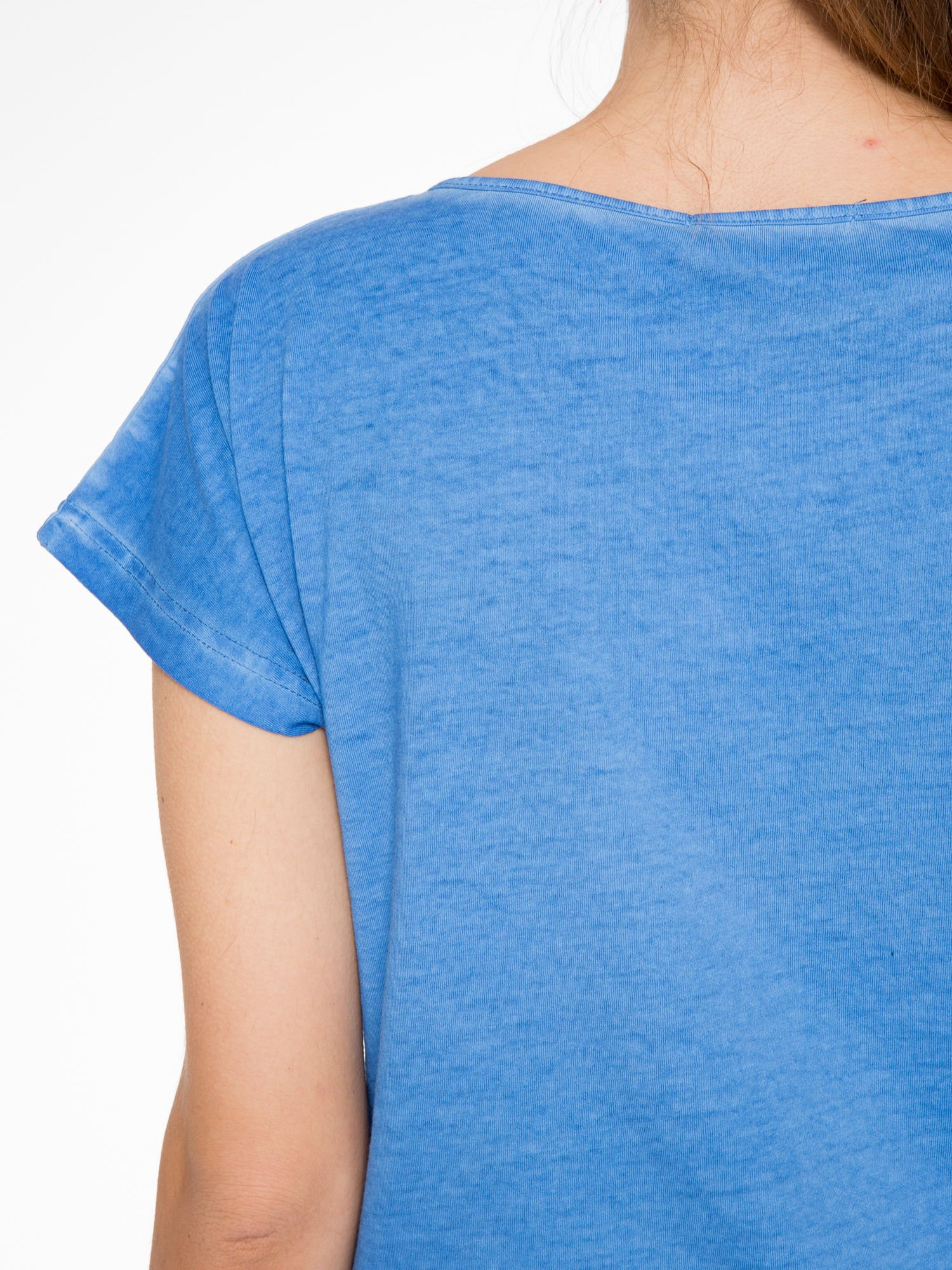 Niebieski t-shirt z dekatyzowanym efektem                                  zdj.                                  7