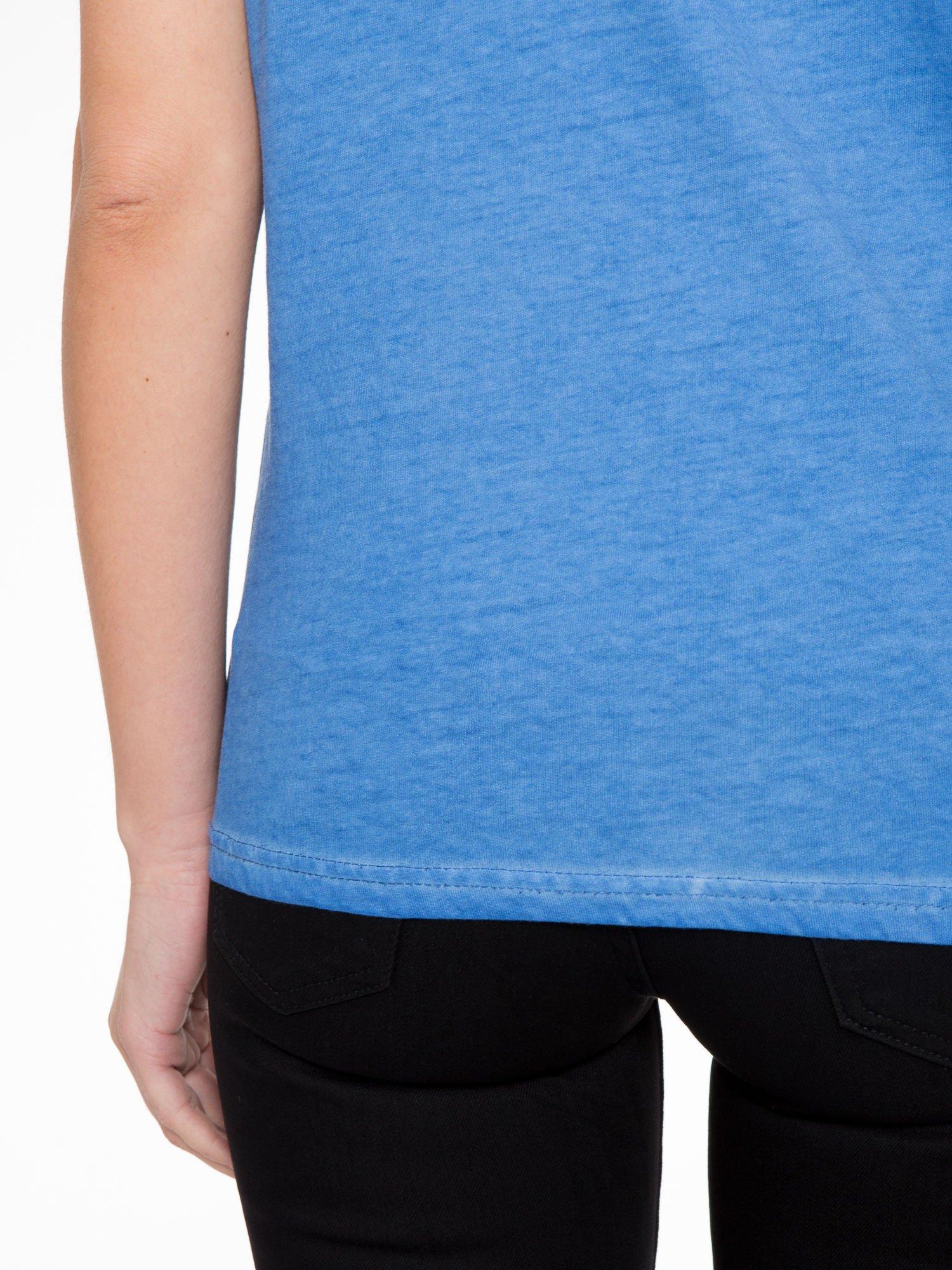 Niebieski t-shirt z dekatyzowanym efektem                                  zdj.                                  8