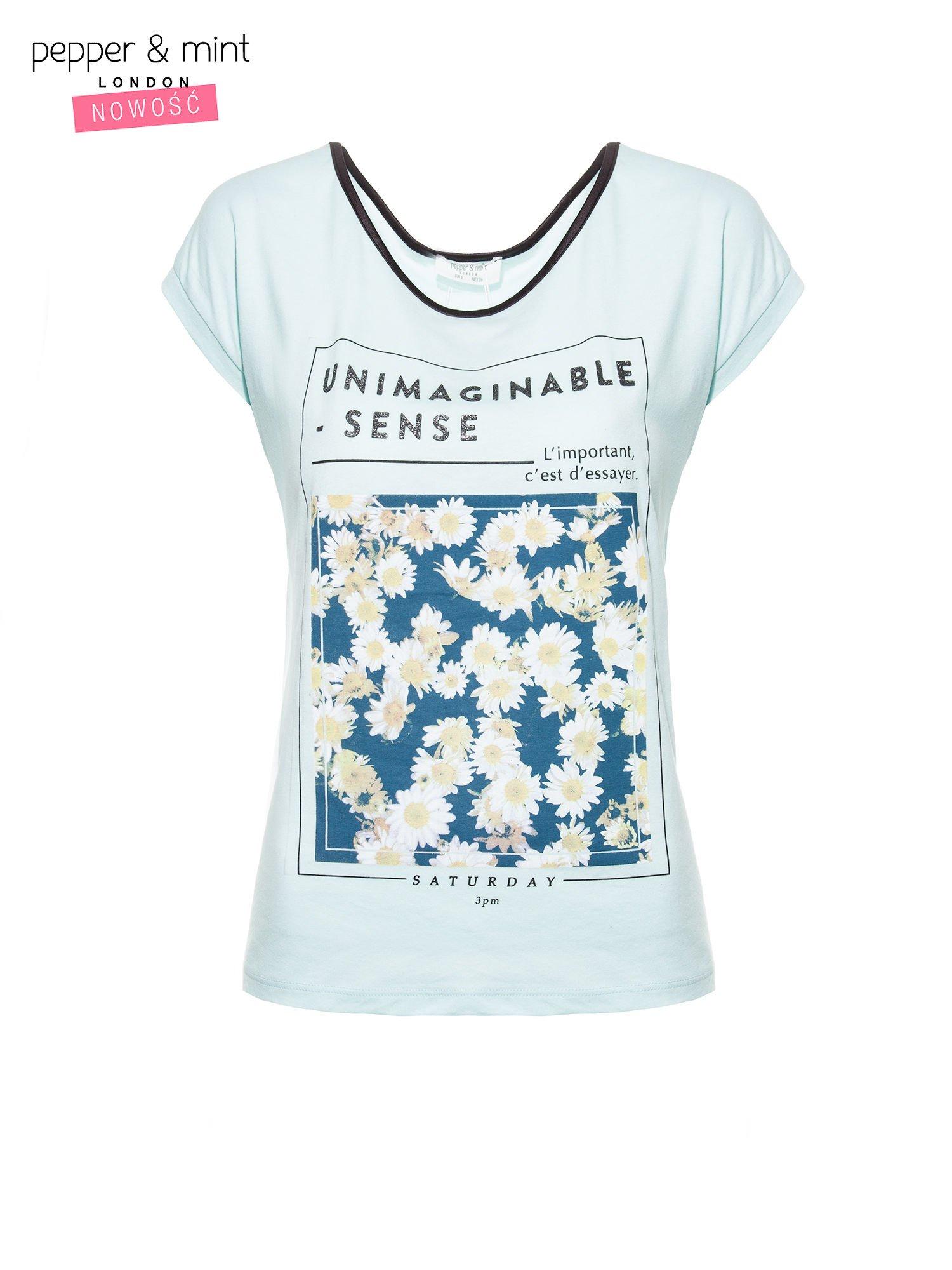 Niebieski t-shirt z kwiatowym nadrukiem i napisem UNIMAGINABLE SENSE                                  zdj.                                  2
