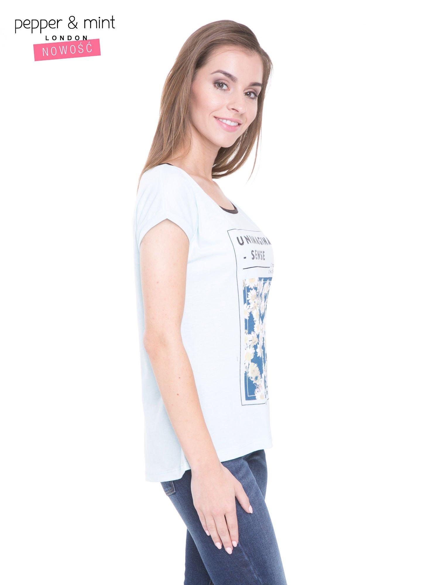 Niebieski t-shirt z kwiatowym nadrukiem i napisem UNIMAGINABLE SENSE                                  zdj.                                  3