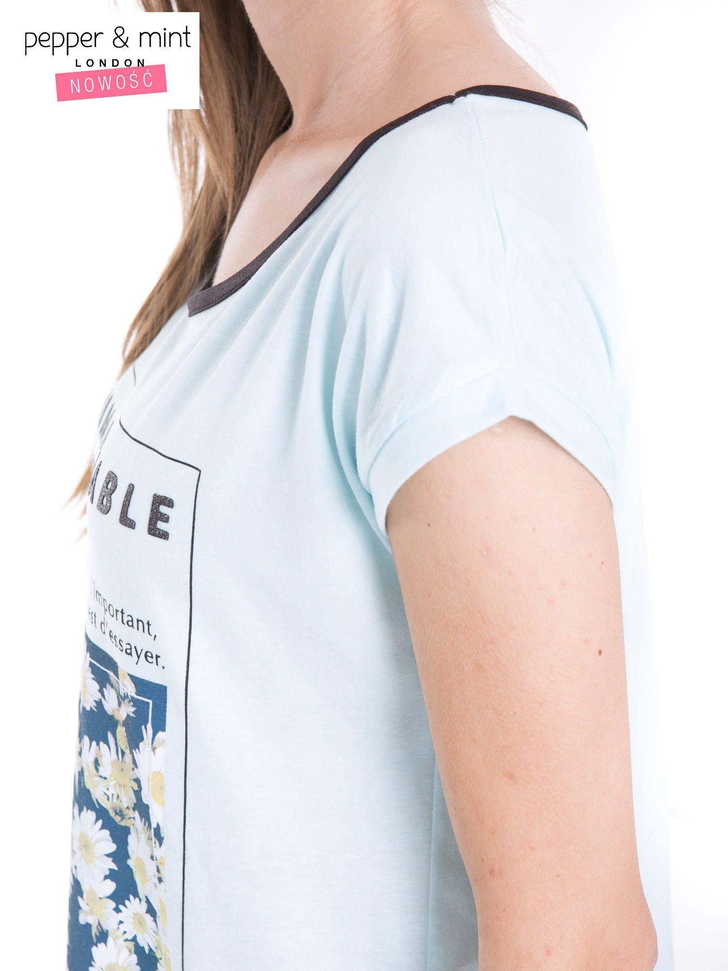 Niebieski t-shirt z kwiatowym nadrukiem i napisem UNIMAGINABLE SENSE                                  zdj.                                  7