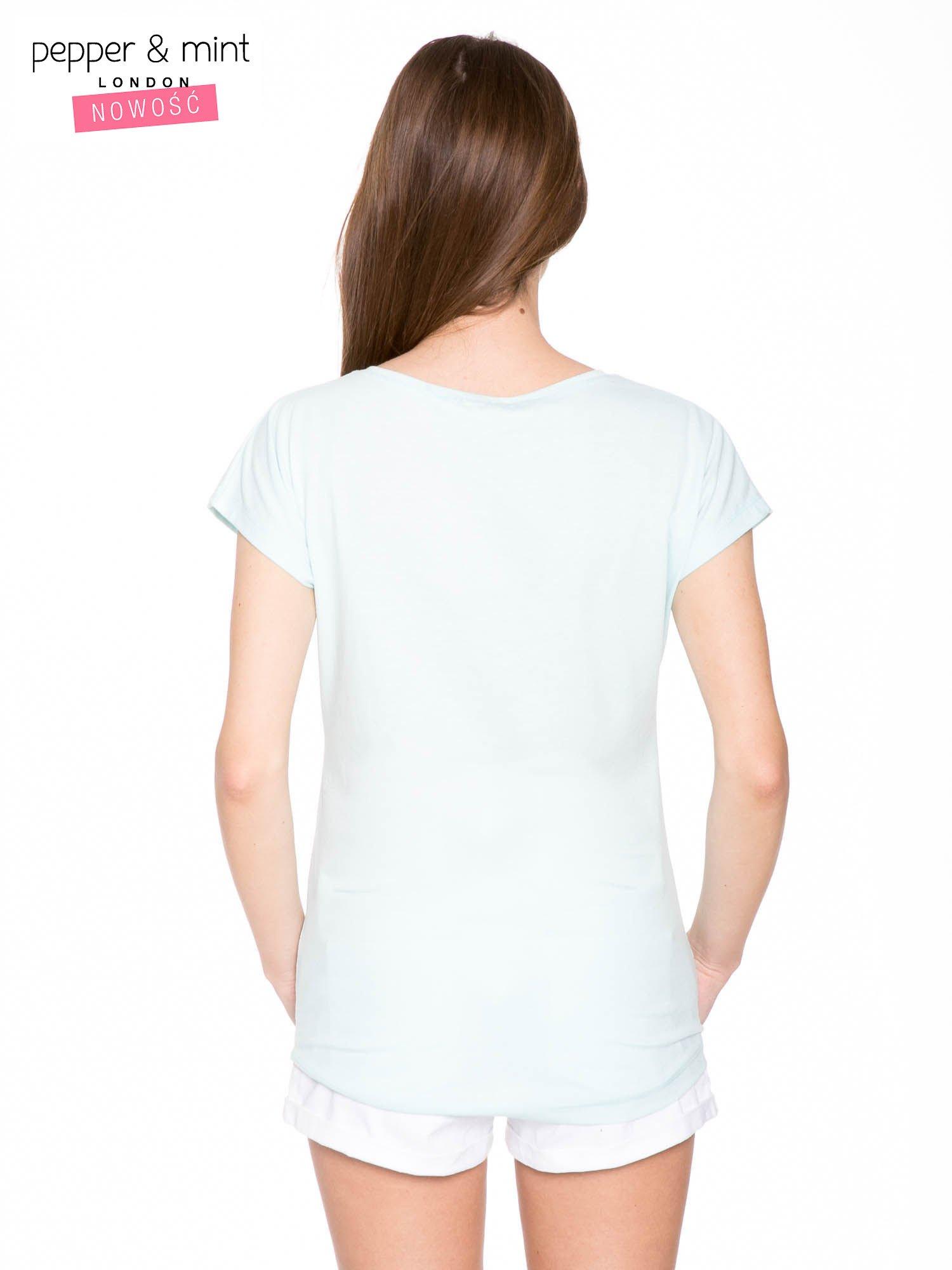 Niebieski t-shirt z nadrukiem twarzy i napisem WHOM?                                  zdj.                                  4