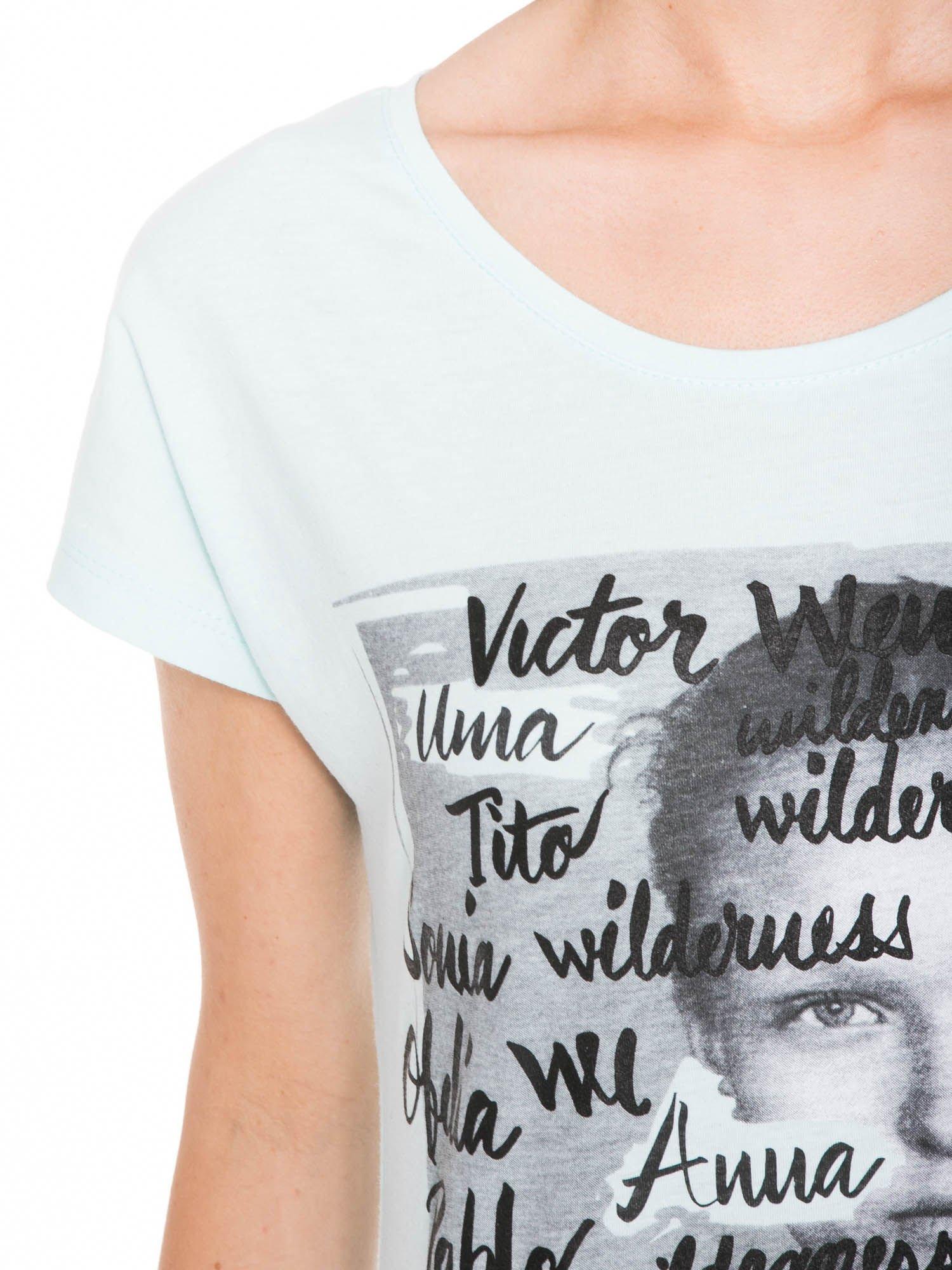Niebieski t-shirt z nadrukiem twarzy i napisem WHOM?                                  zdj.                                  8