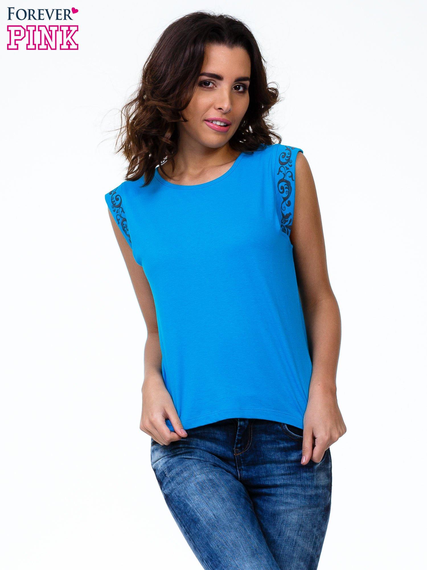 Niebieski t-shirt z ornamentem na rękawach                                  zdj.                                  1