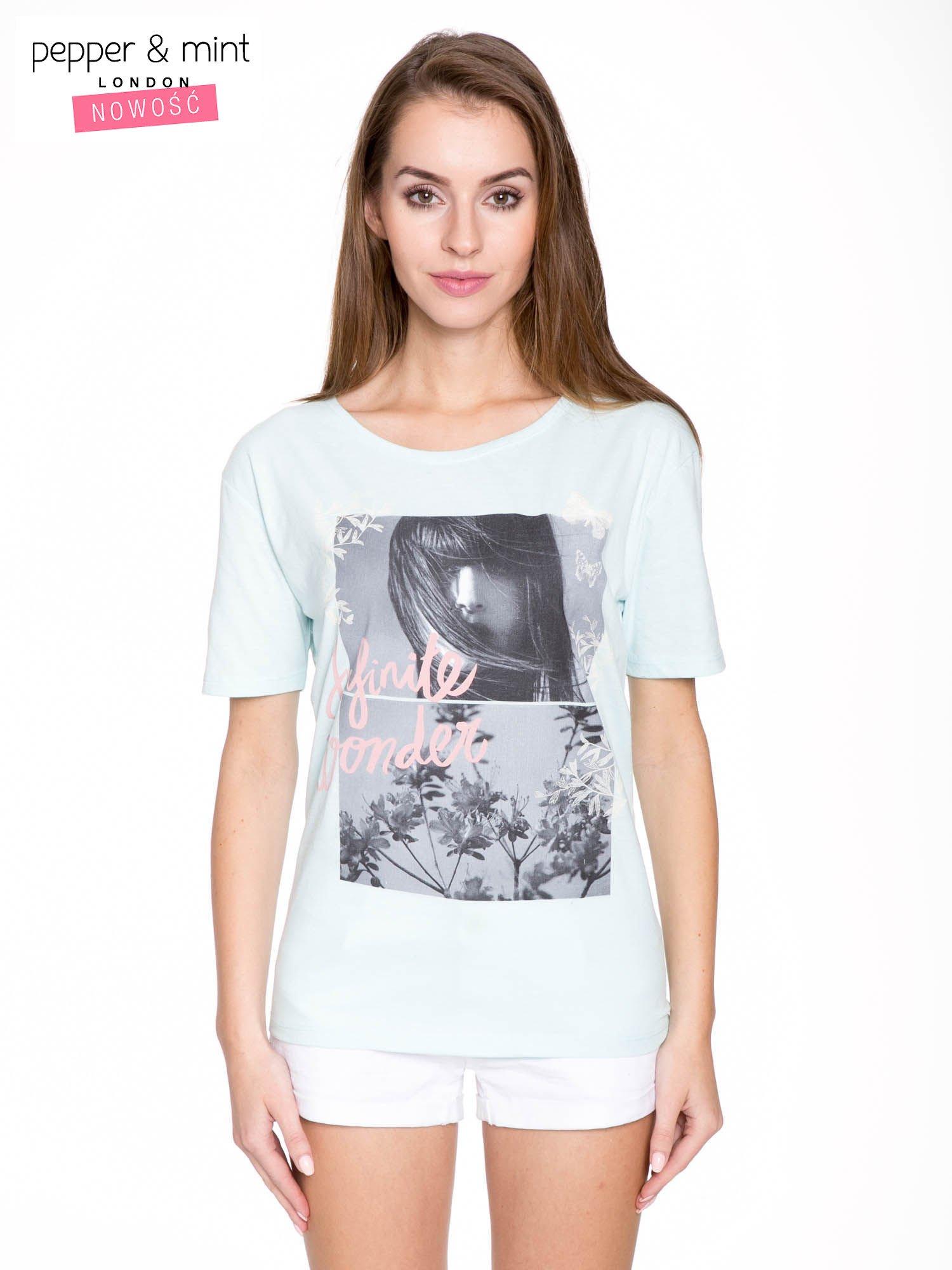 Niebieski t-shirt z romantycznym nadrukiem dziewczyny                                  zdj.                                  1