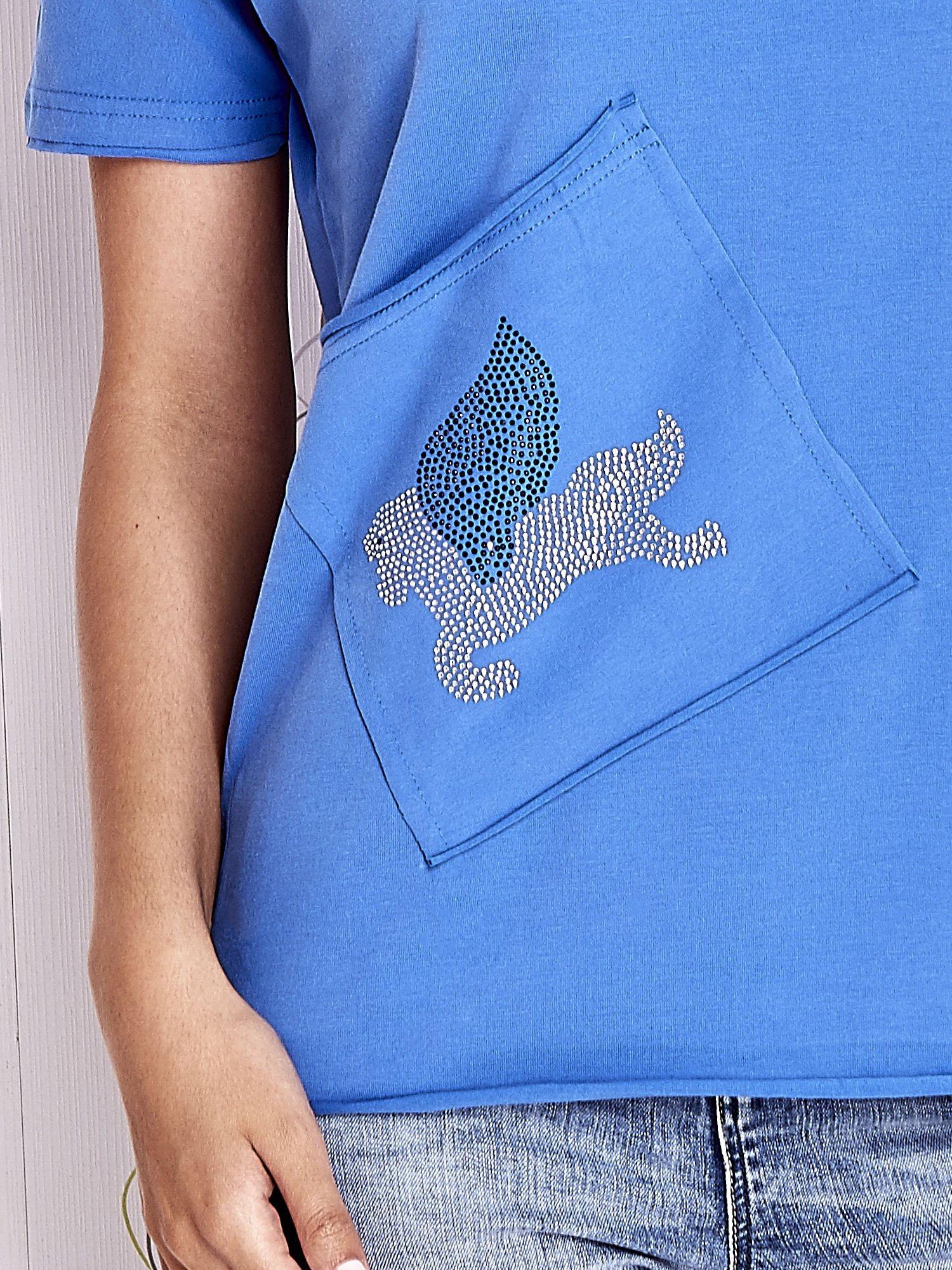 Niebieski t-shirt z ukośną kieszenią i dżetami                                  zdj.                                  5
