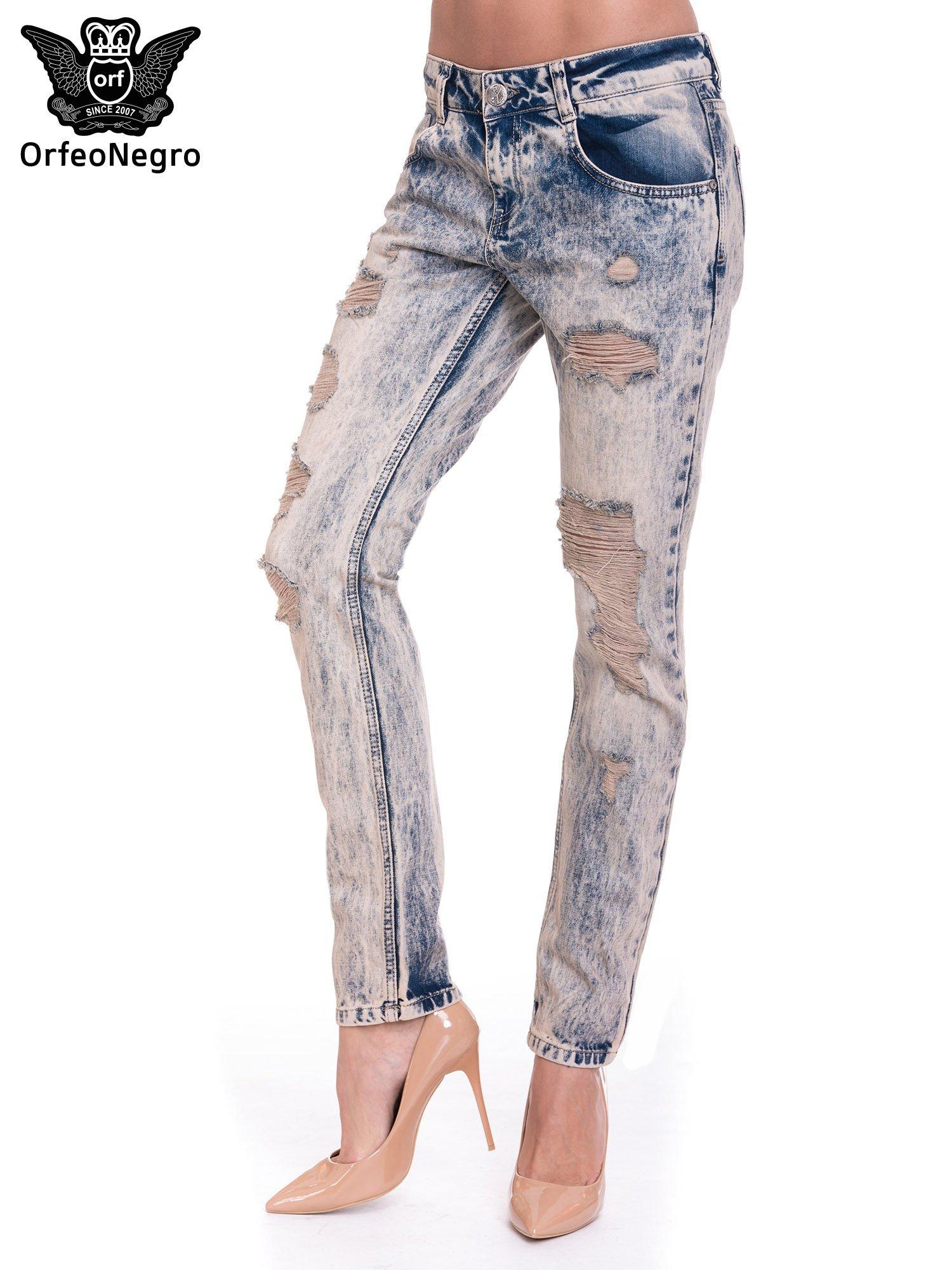 Niebieskie dekatyzowane spodnie rurki z przetarciami                                  zdj.                                  1