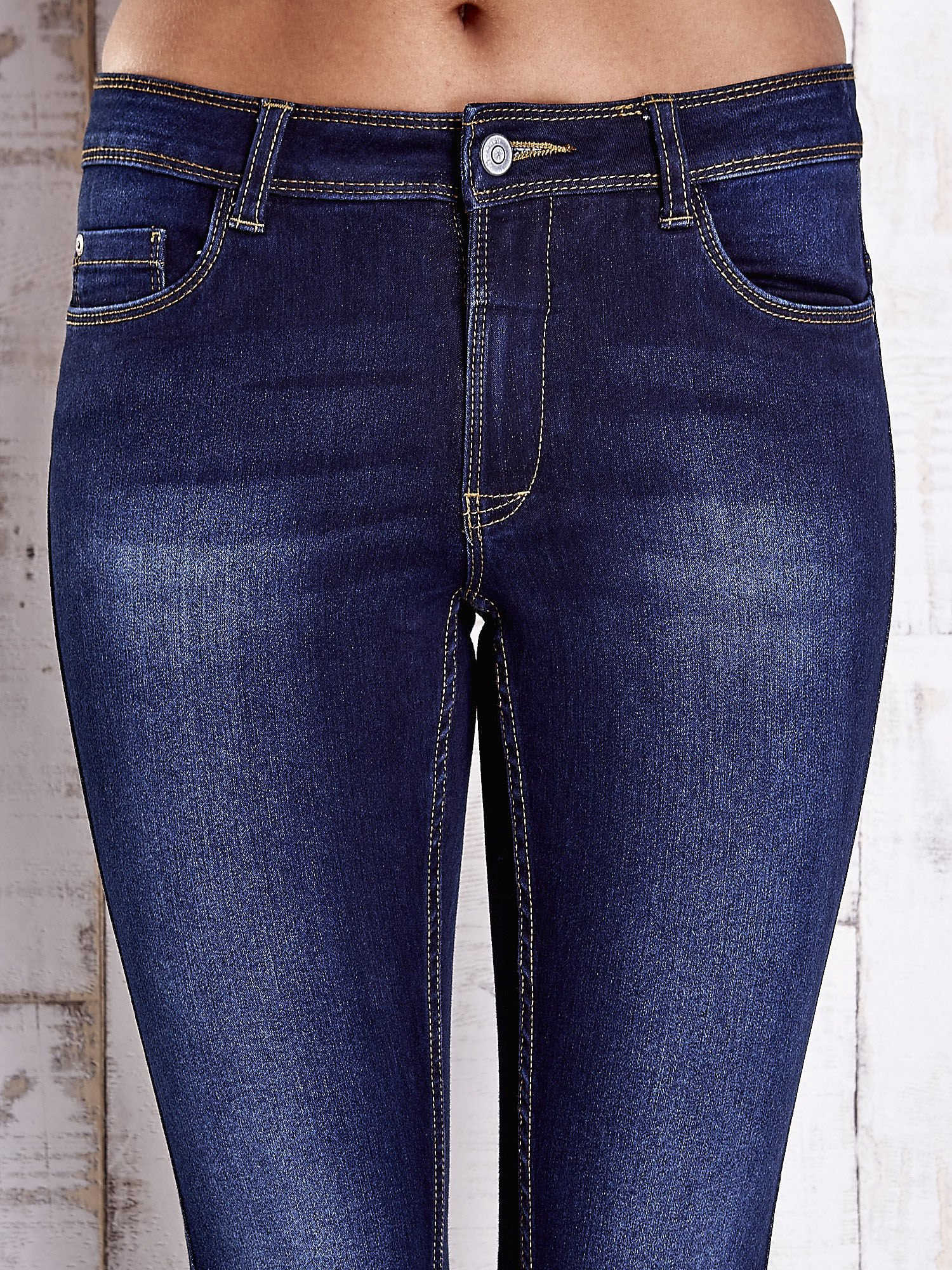 Niebieskie dopasowane spodnie jeansowe                                   zdj.                                  4