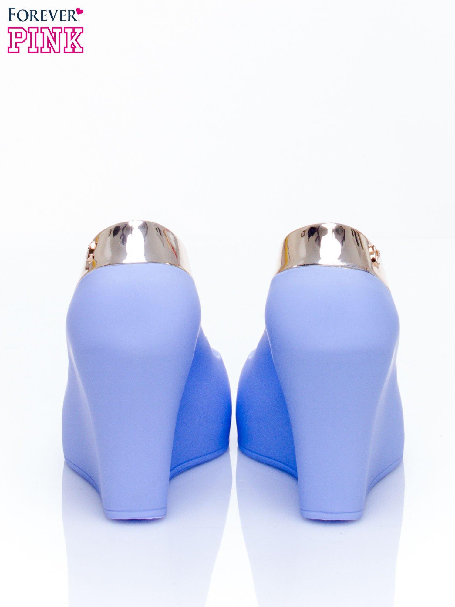 Niebieskie gumowe koturny ze wstawką                                  zdj.                                  4
