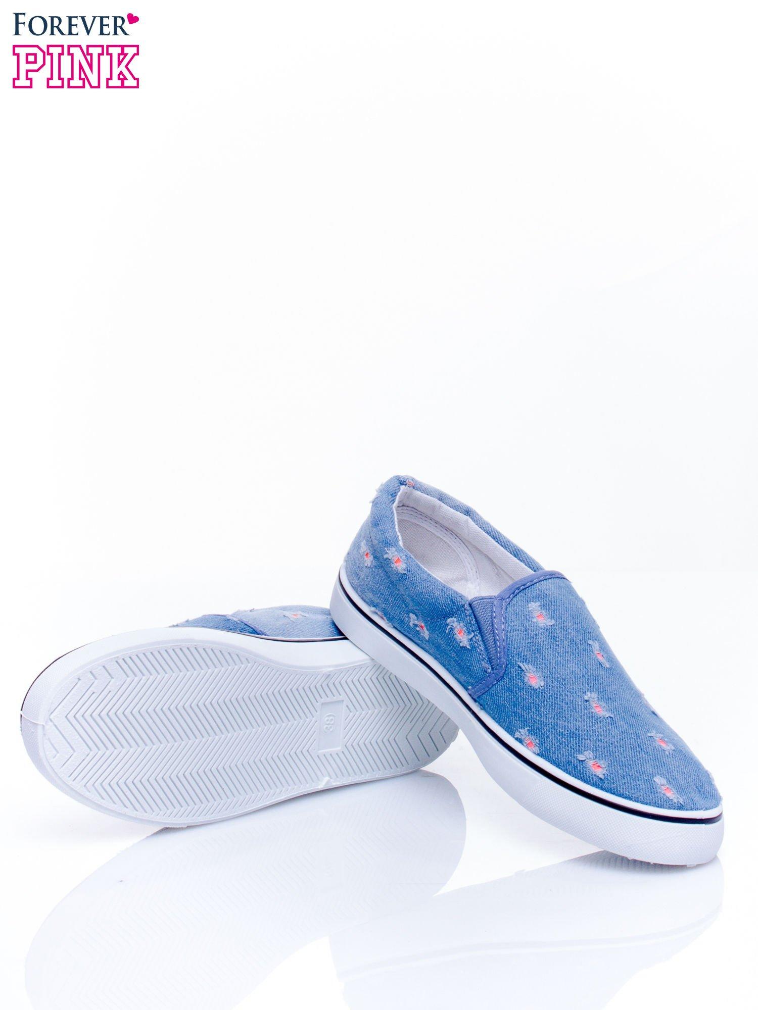 Niebieskie jeansowe buty slip on z przetarciami                                  zdj.                                  5