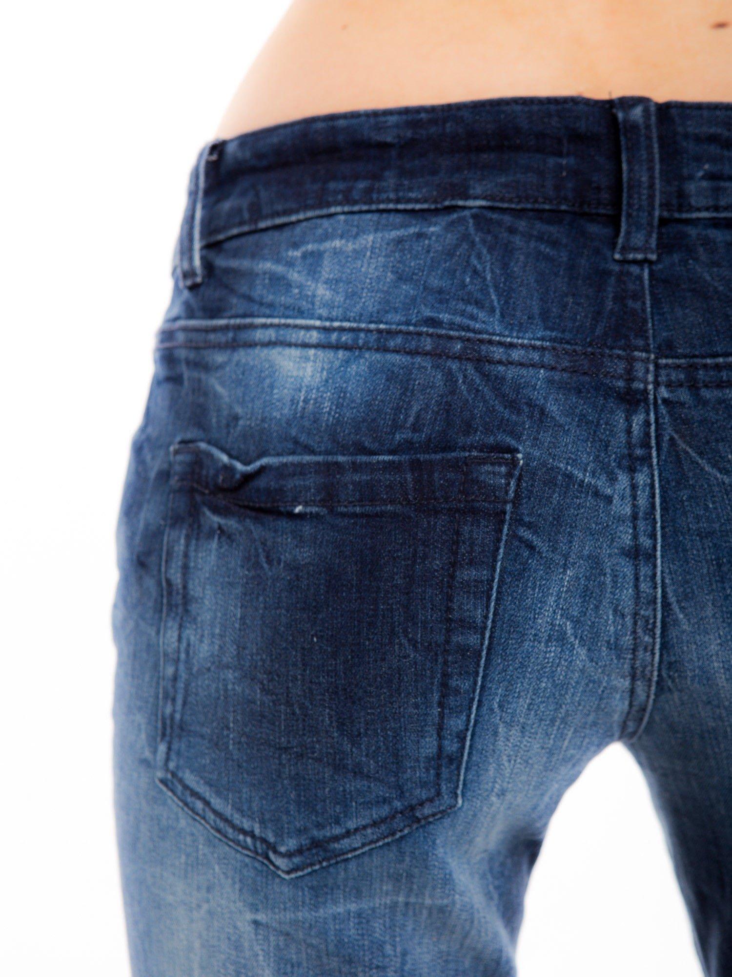 Niebieskie jeansy rurki z cieniowaniem                                  zdj.                                  4