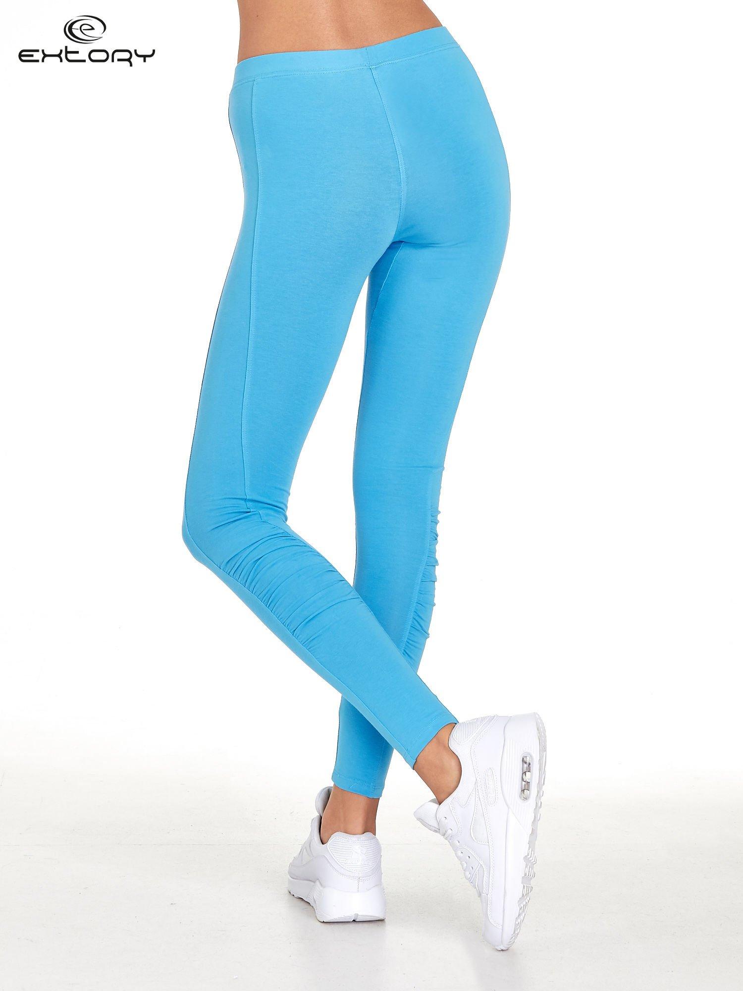 Niebieskie legginsy sportowe z drapowaniem                                  zdj.                                  3