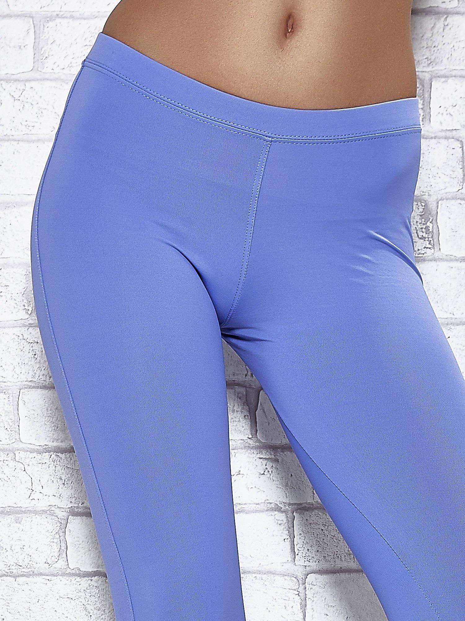Niebieskie legginsy sportowe z dżetami na dole nogawki                                  zdj.                                  4