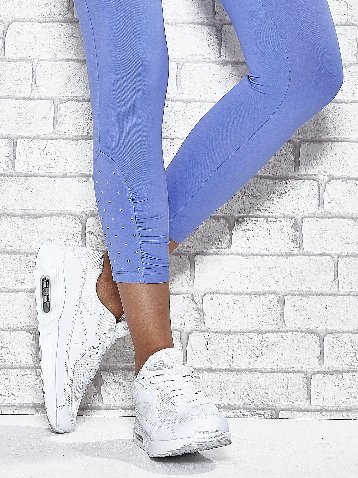 Niebieskie legginsy sportowe z dżetami na dole nogawki                                  zdj.                                  5