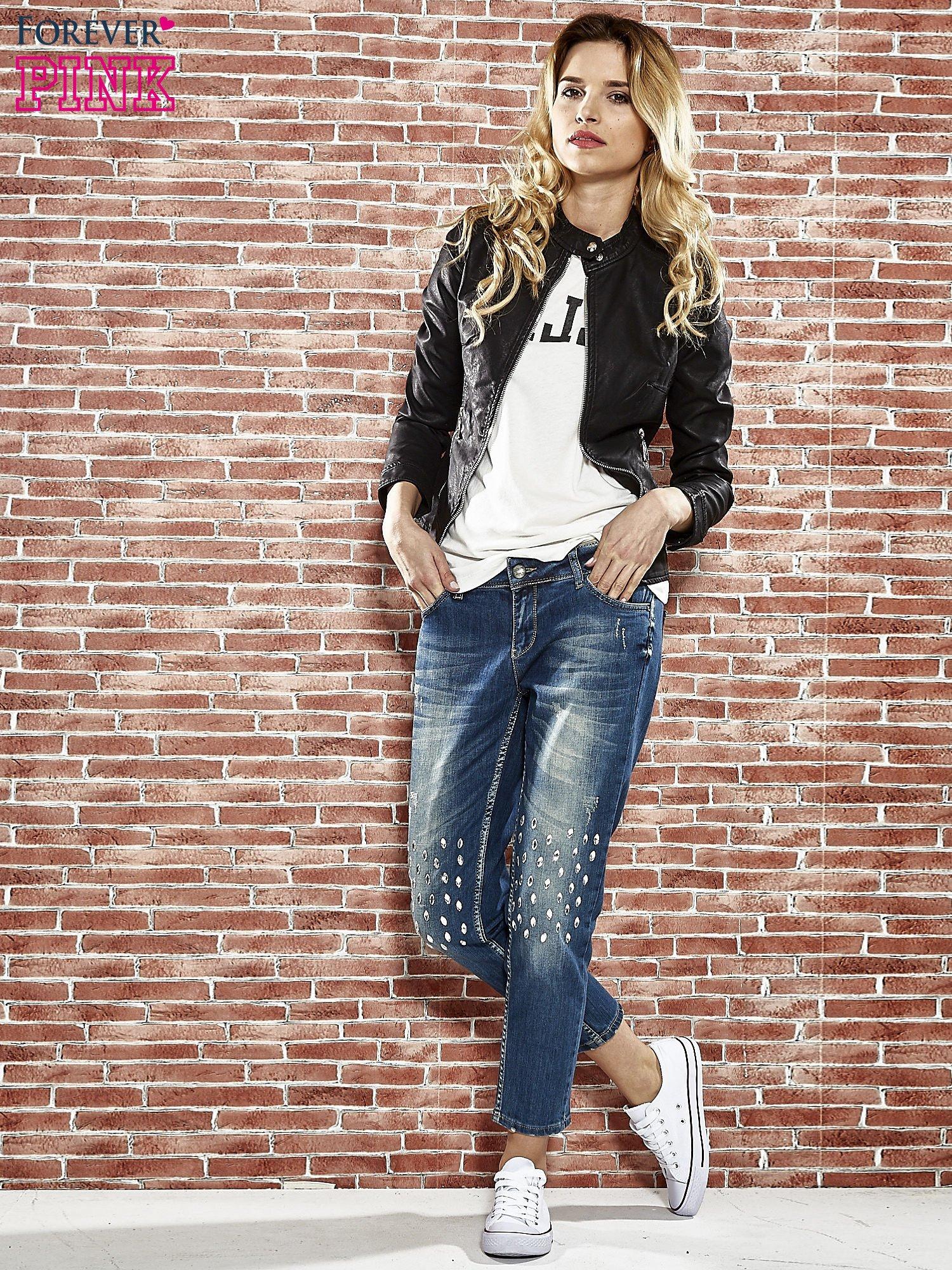 Niebieskie spodnie girlfriend jeans z kryształakami                                  zdj.                                  5