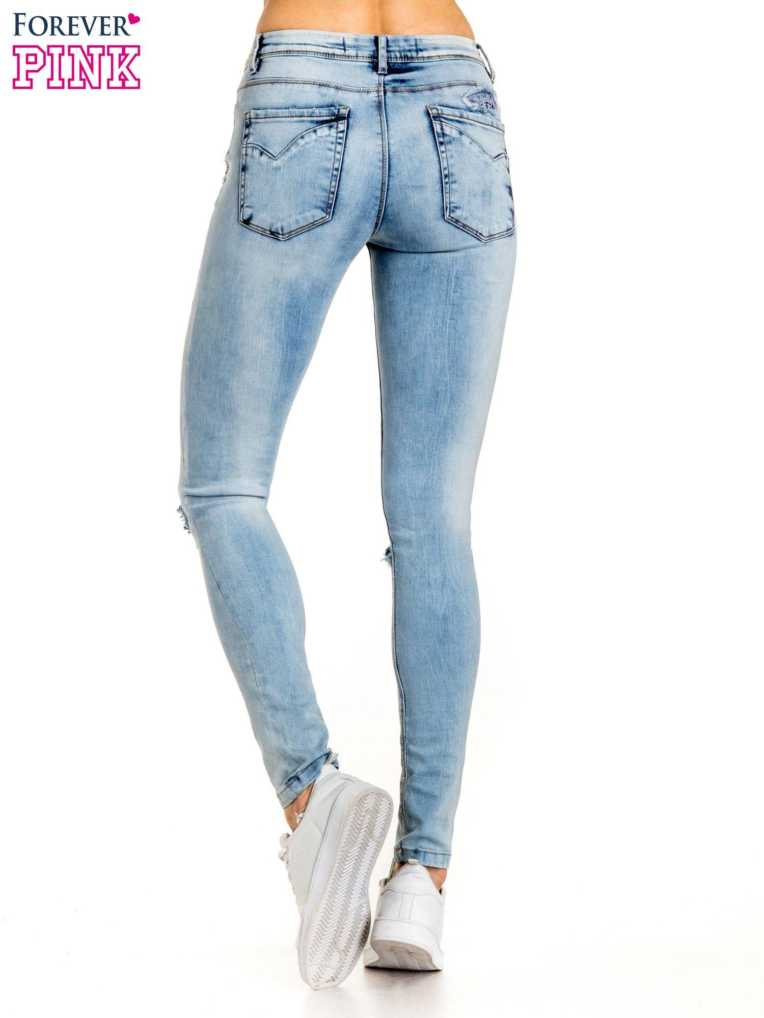 Niebieskie spodnie jeansowe skinny z dziurami na kolanach i haftem                                  zdj.                                  3