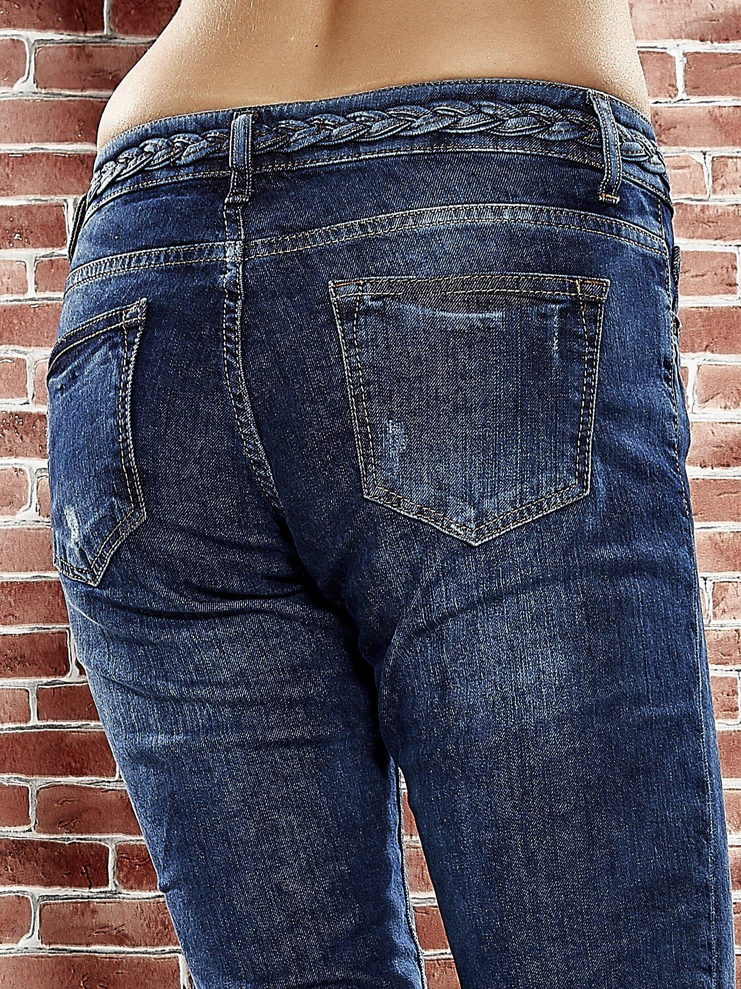 Niebieskie spodnie regular jeans z plecionym paskiem                                  zdj.                                  6