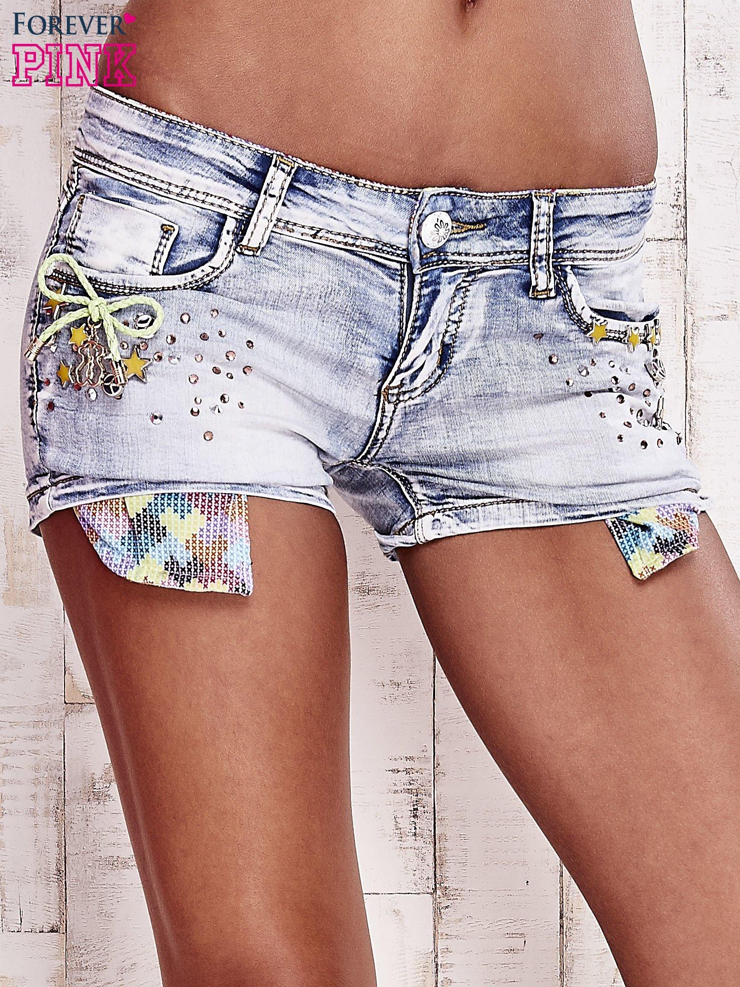 Niebieskie szorty jeansowe z dżetami                                  zdj.                                  1
