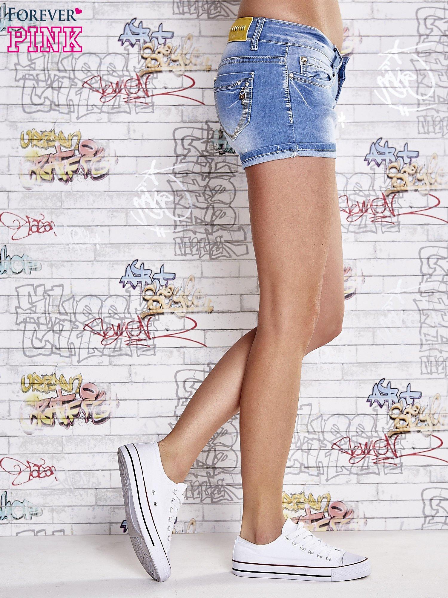 Niebieskie szorty jeansowe z podwijaną nogawką                                  zdj.                                  4