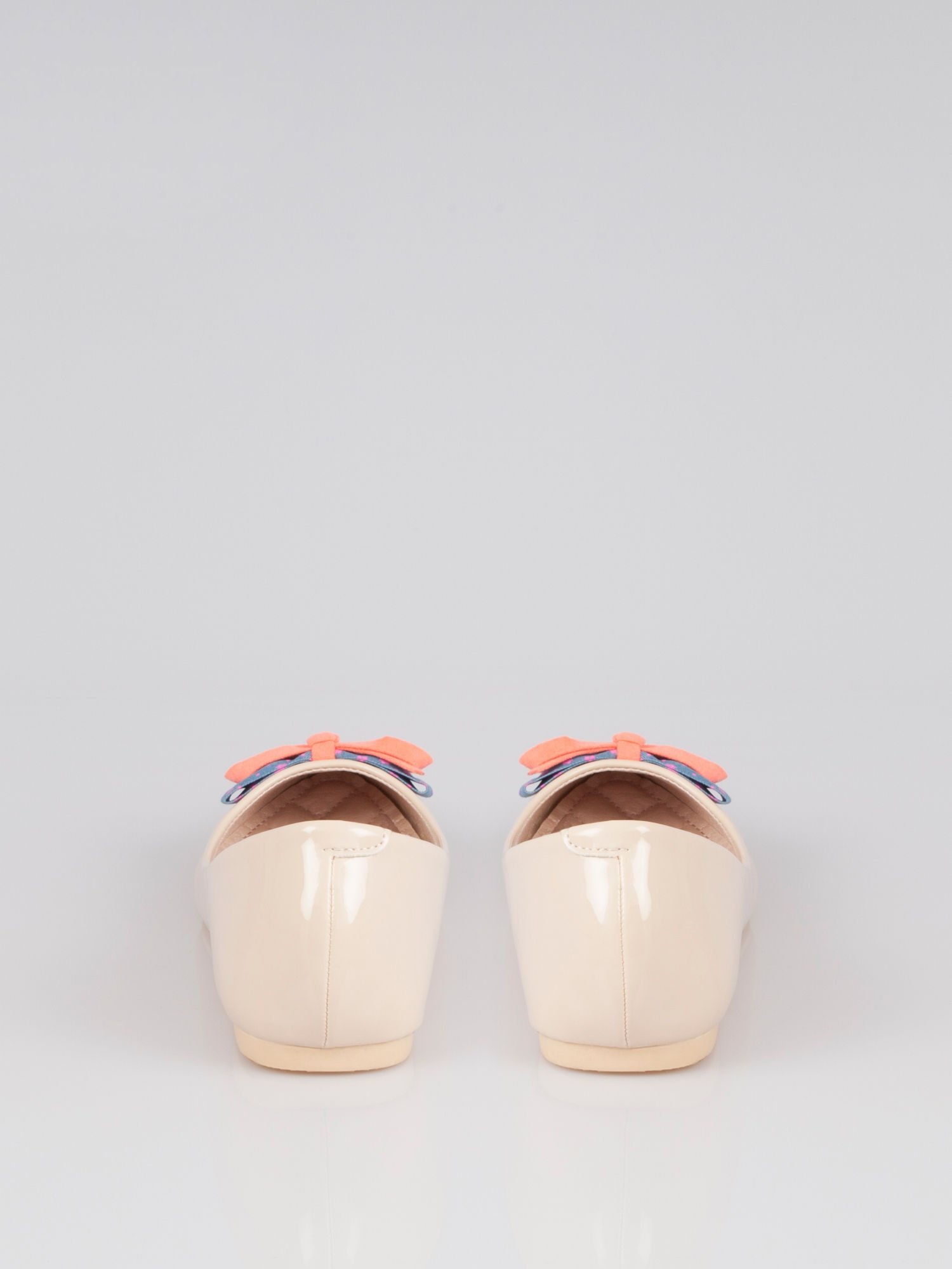 Pastelowobeżowe lakierowane baleriny Juicy z kokardką z denimu                                  zdj.                                  1