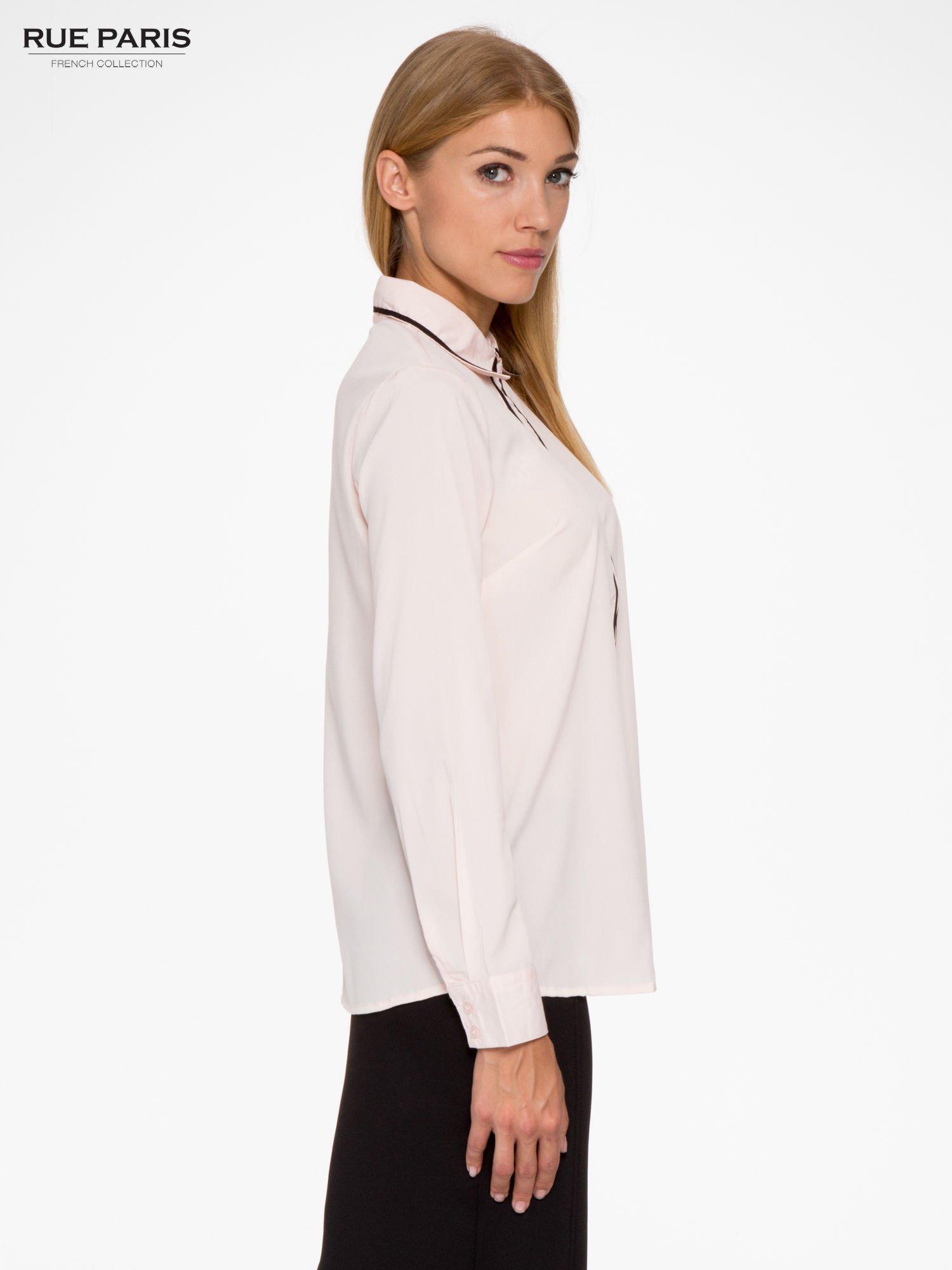 Pasteloworóżowa koszula z małym kołnierzykiem i kontrastowym obszyciem                                  zdj.                                  3