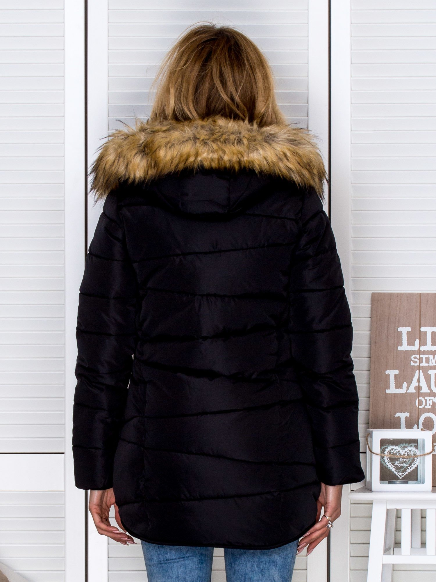365c23cb32e75 Pikowana kurtka zimowa z futrzanym kapturem czarna - Kurtka zimowa ...