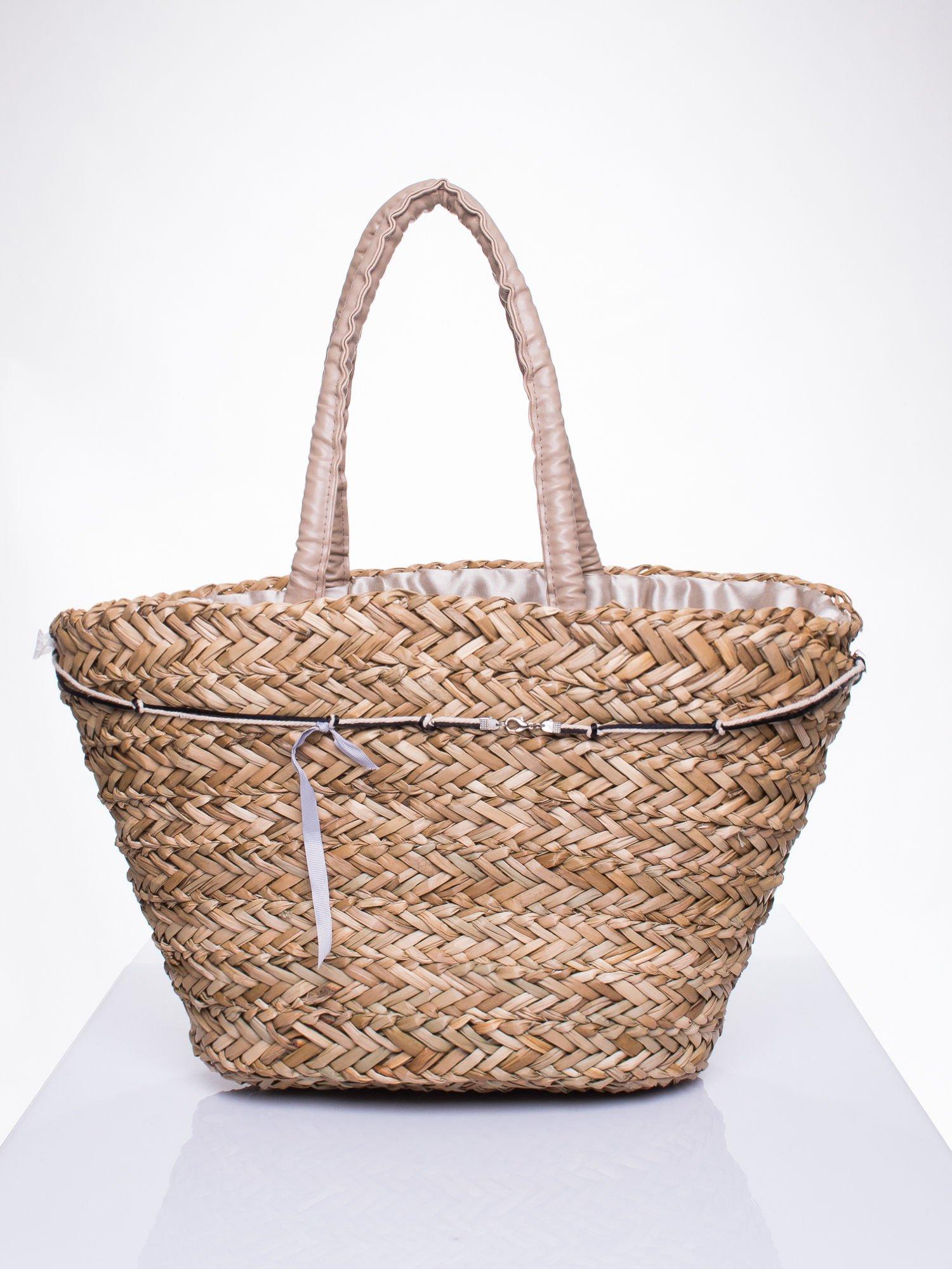 Pleciony koszyk plażowy z niebieskimi ozdobnymi kwiatami                                  zdj.                                  4